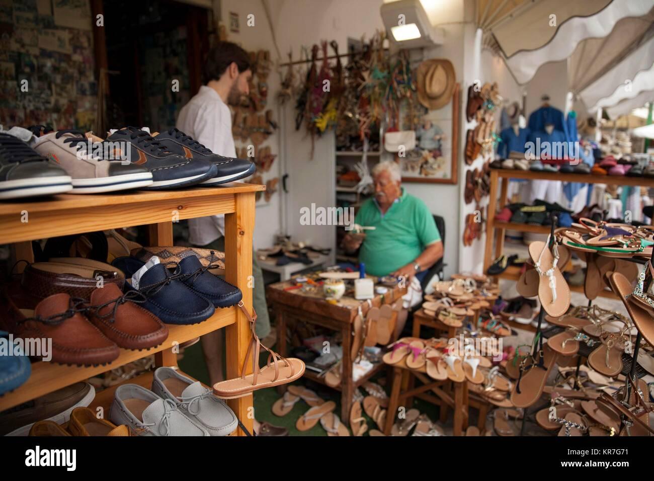 Un artigiano lavora su scarpe su misura, Anacapri, isola di Capri, Napoli, campania, Italy. Giugno 02, 2017 © Immagini Stock