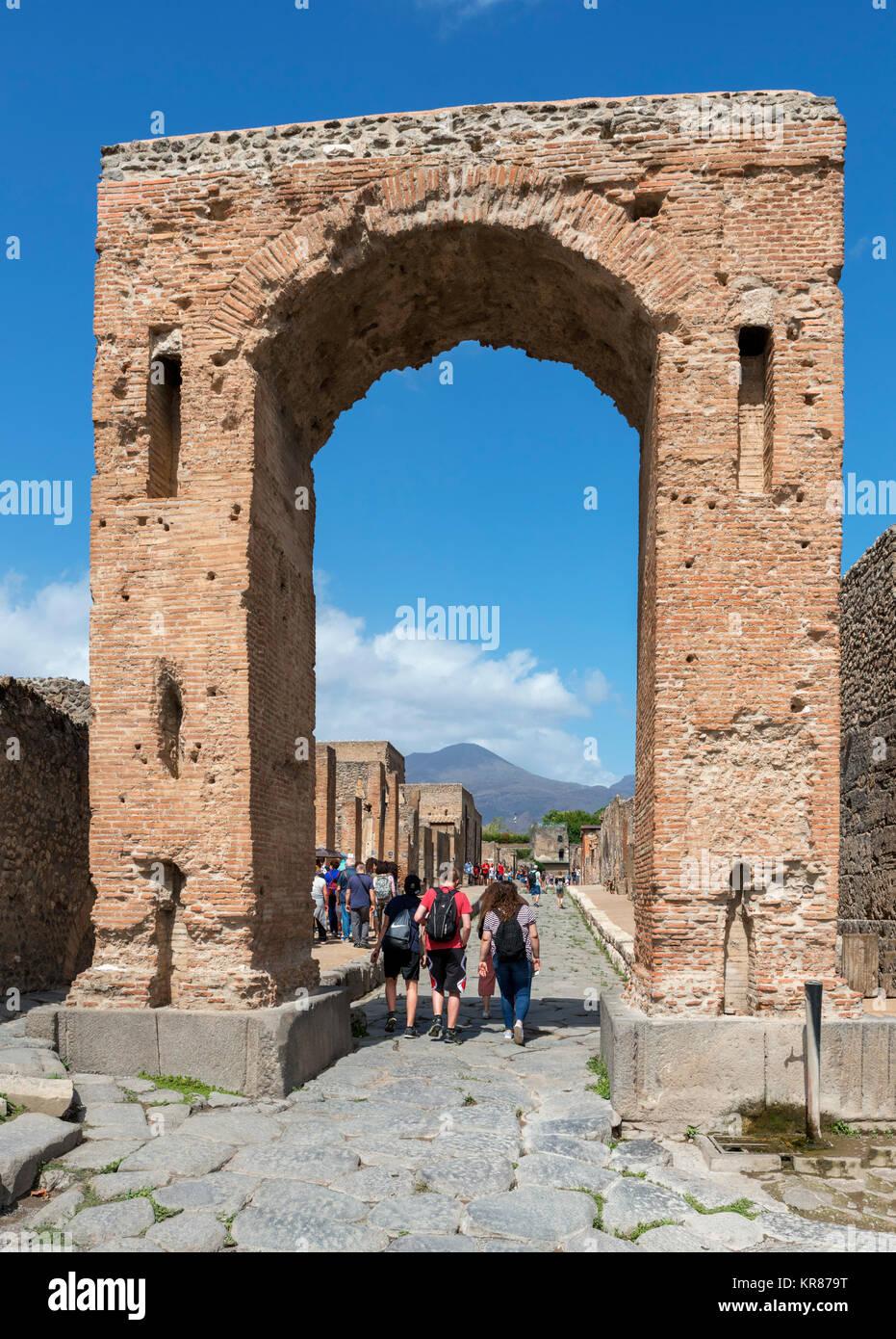 L'arco di Caligola (Arco di Caligola) sulla via di Mercurio in Pompei Pompei ( ) con il Vesuvio sullo sfondo, Immagini Stock