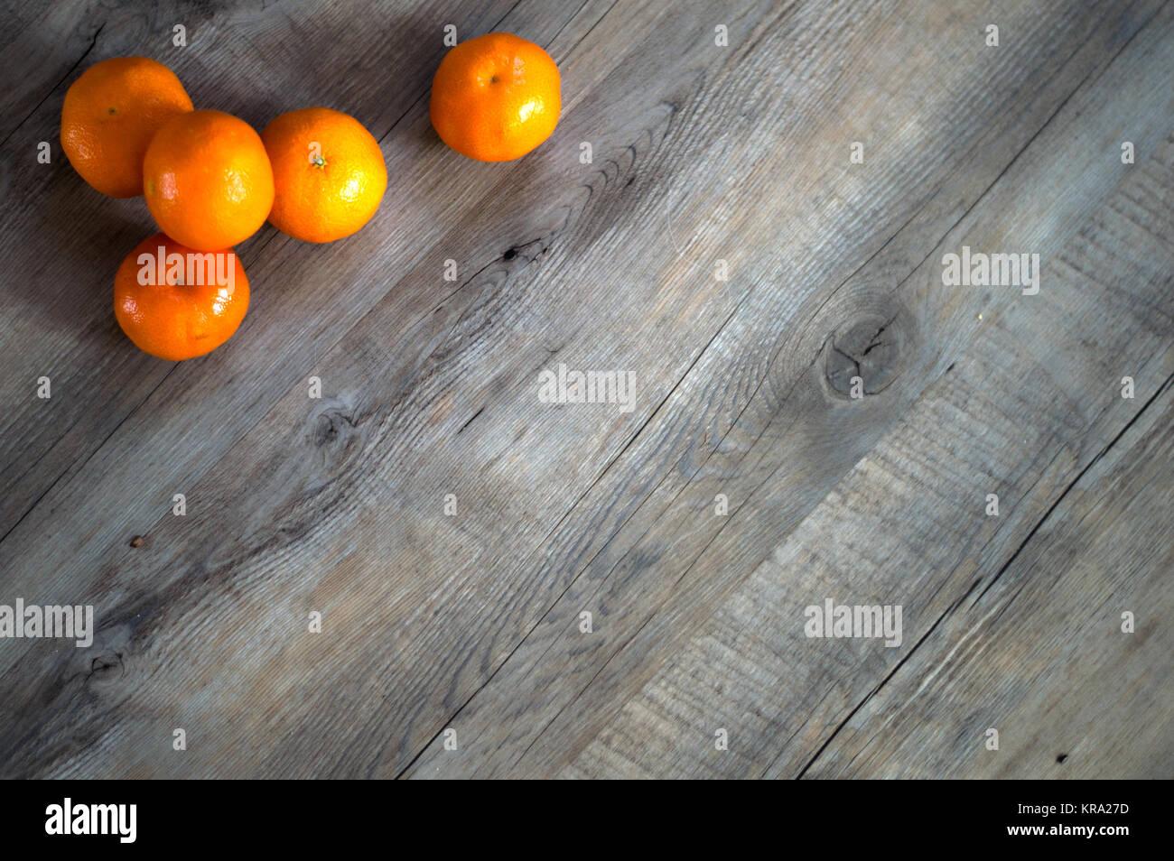 Tangerini su uno sfondo di legno Immagini Stock
