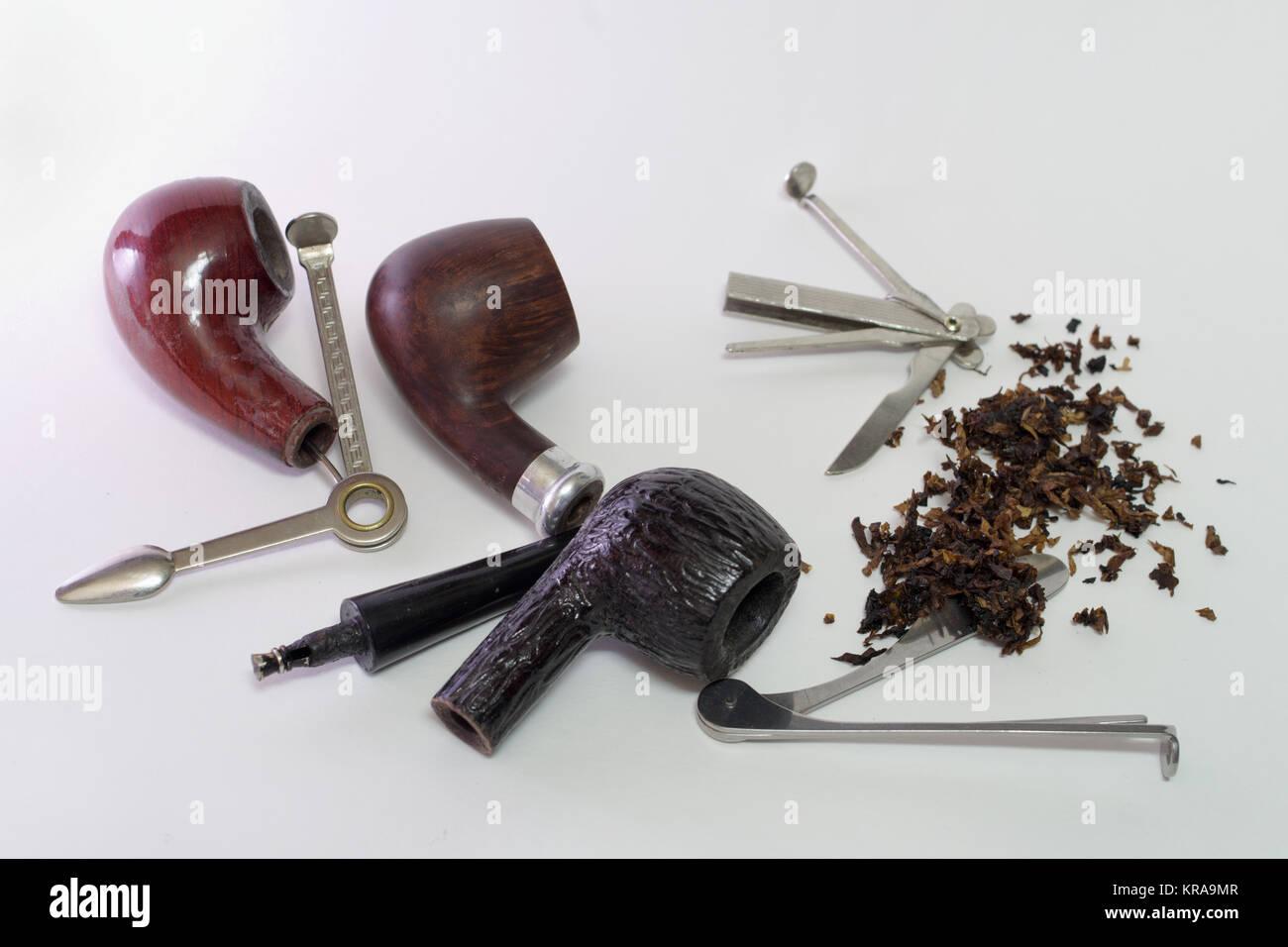 Set di attrezzi per pipe. Tre smontabile in legno tubi di fumo e tabacco diffusa Immagini Stock