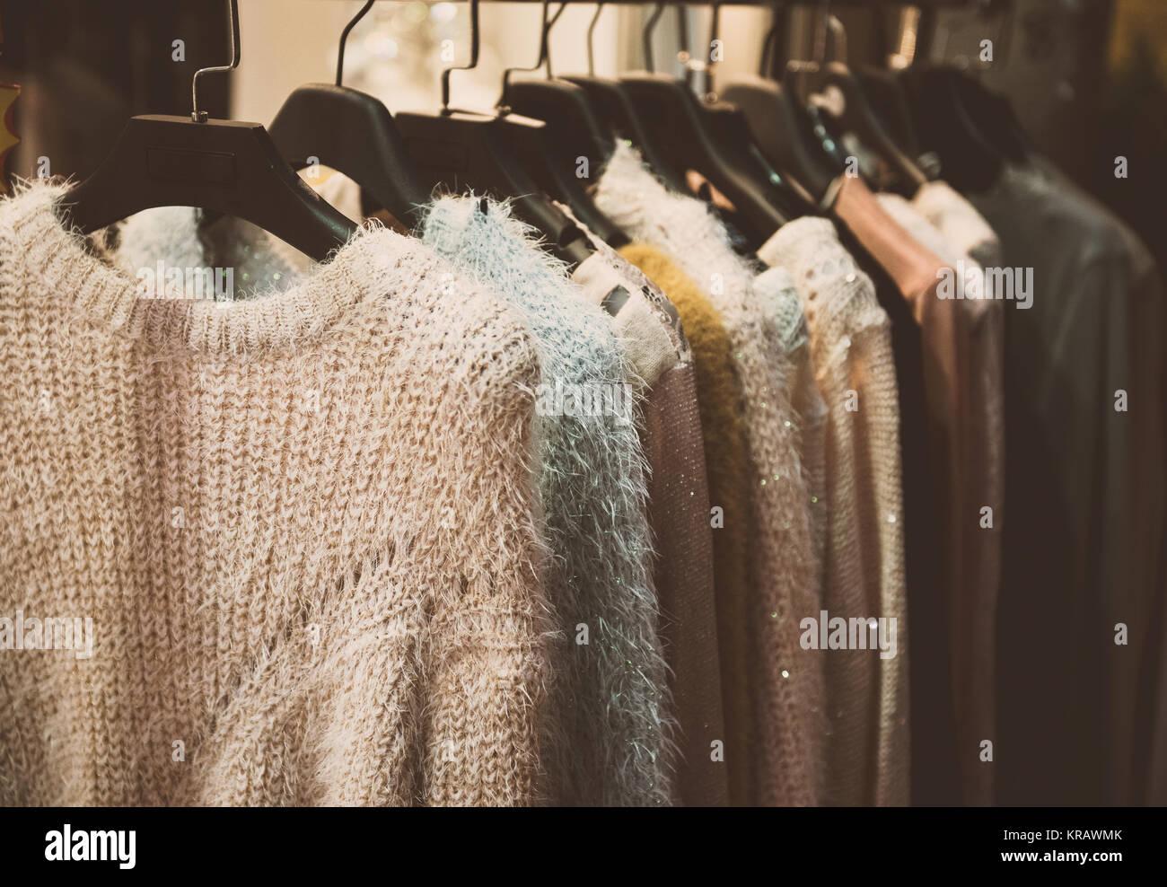 aa137aaa3ab0 Ragazza abiti su appendiabiti in un negozio di moda Foto   Immagine ...
