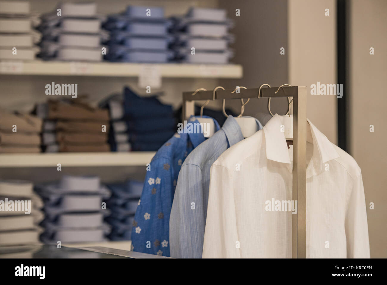 bc62471625c3 Donne eleganti vestiti in un negozio di lusso in Parigi Foto ...