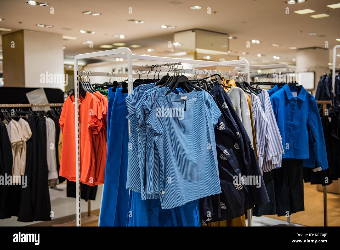 67d6d888a5f0 Donne eleganti vestiti in un negozio di lusso in Parigi. Immagini Stock