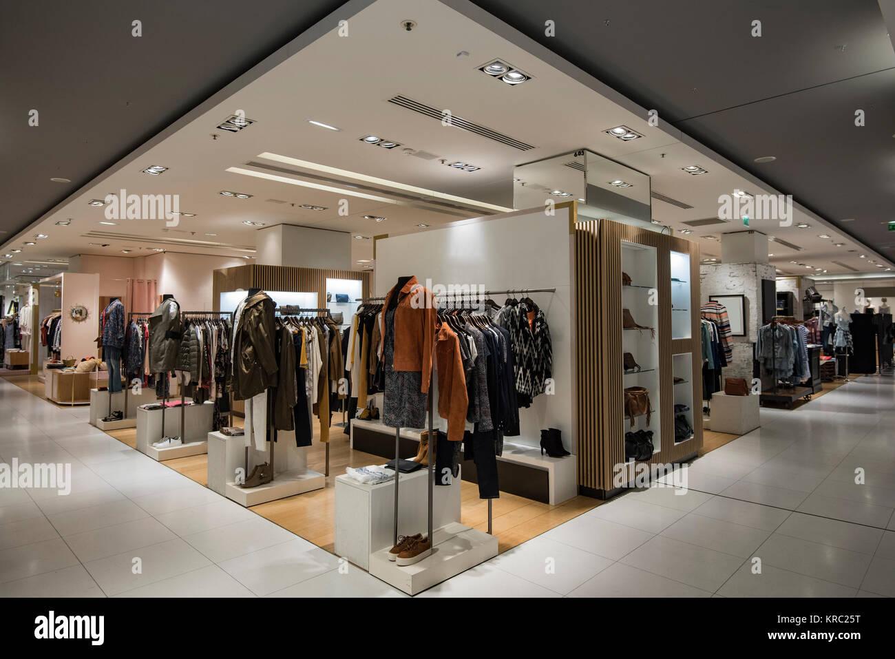 b33d532b7114 Donne vestiti in un negozio a Parigi Foto   Immagine Stock ...