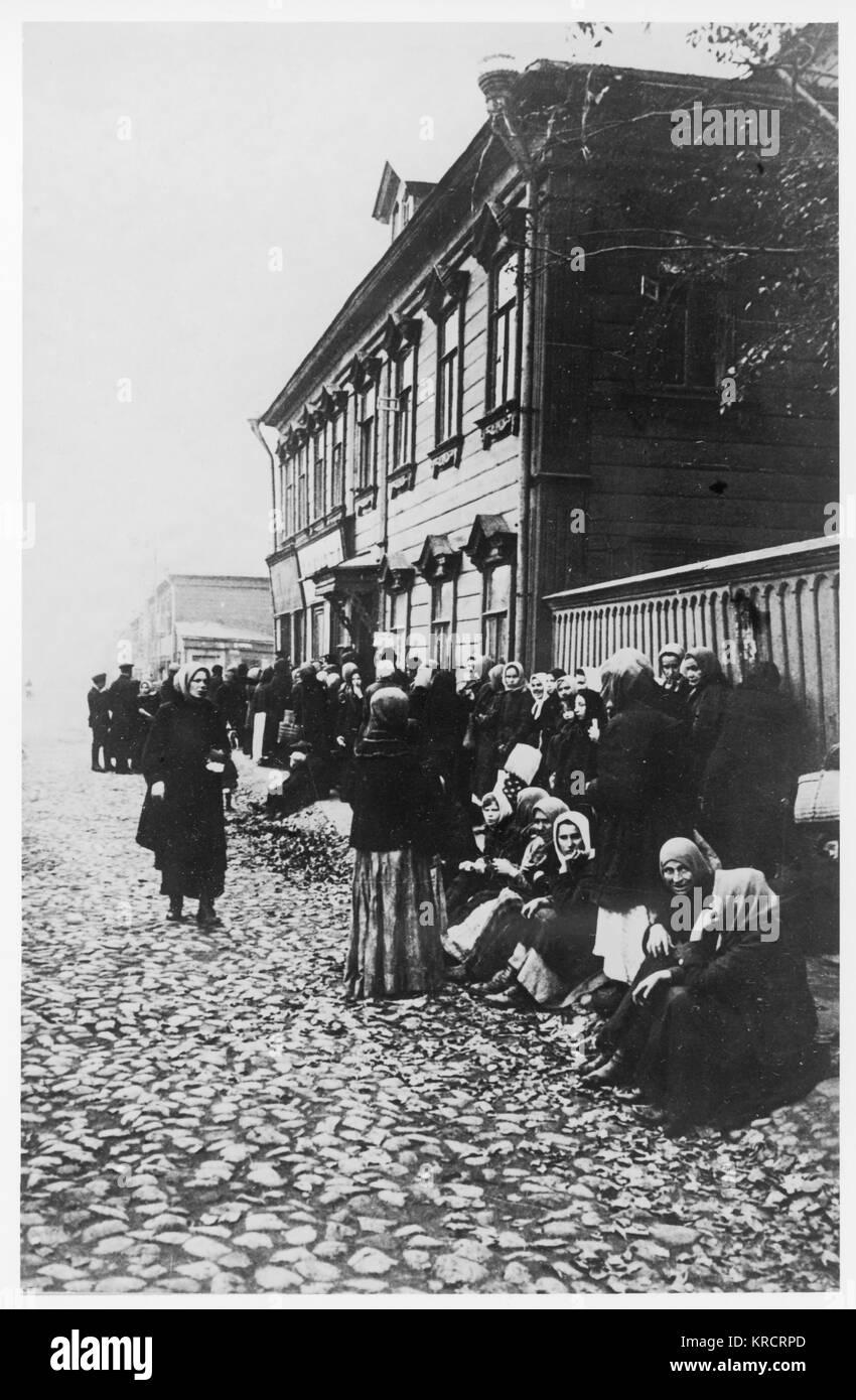 Rivoluzione Russa - accodamento per cibo, dovuti alla scarsità di cibo. Data: settembre 1917 Immagini Stock