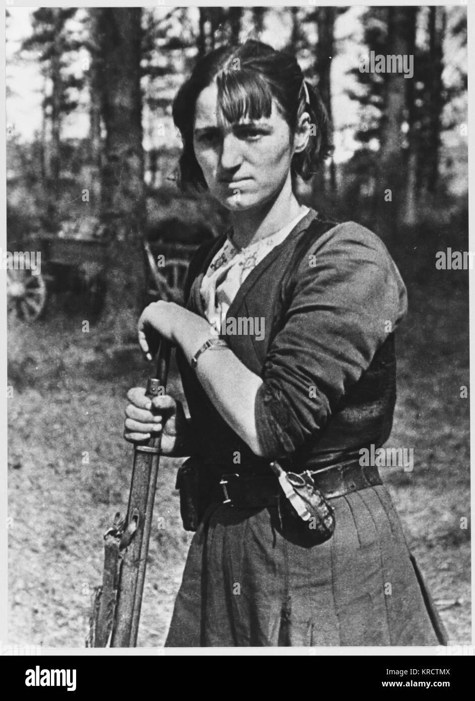 Una femmina di combattente della resistenza con la sua pistola. Data: circa 1942 Immagini Stock