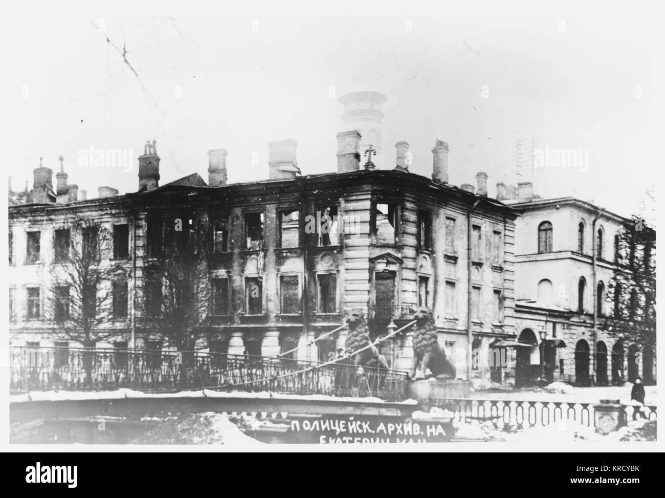 L'archivio di polizia a Petrograd è espugnata dai ribelli che distruggono i record e il fuoco dell'edificio. Immagini Stock