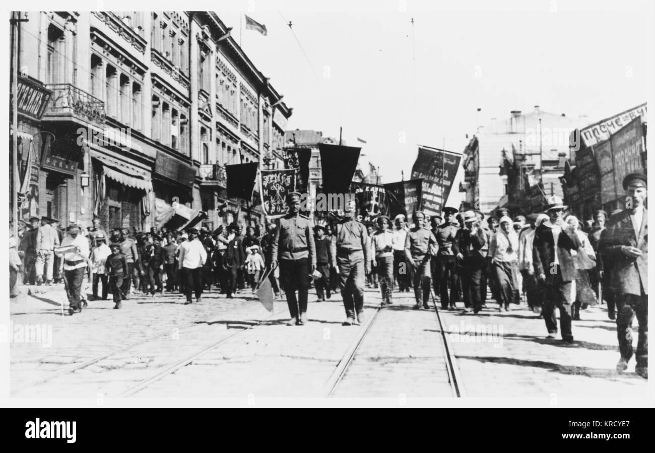 Simpatia per la rivoluzione anche nel lontano Vladivostok, Russia, dove il giorno di maggio parade vanta la sua Immagini Stock