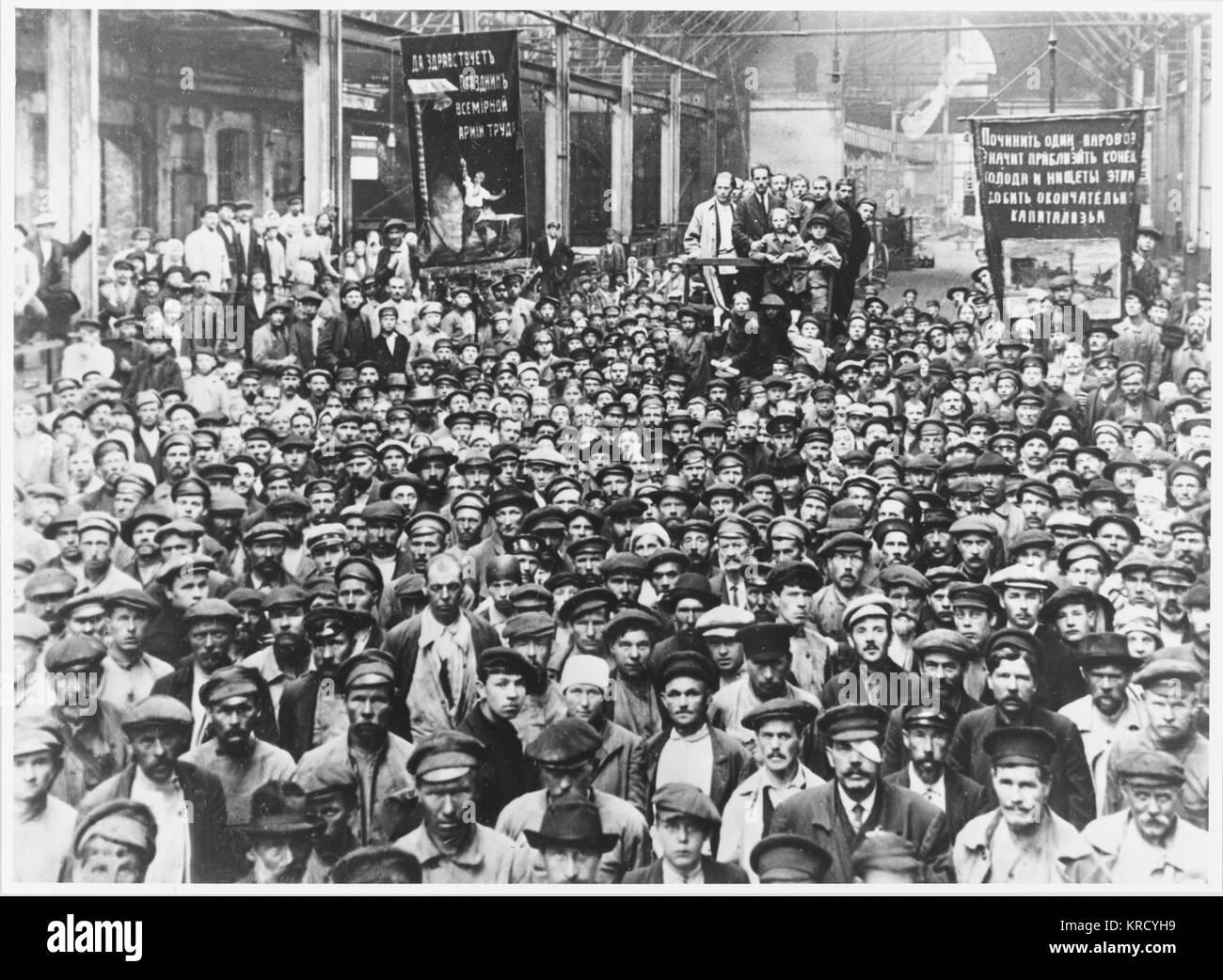 Lavoratori presso la fabbrica di Putilov, che ha giocato un ruolo cruciale nella bolscevichi' sequestro di potenza, Immagini Stock
