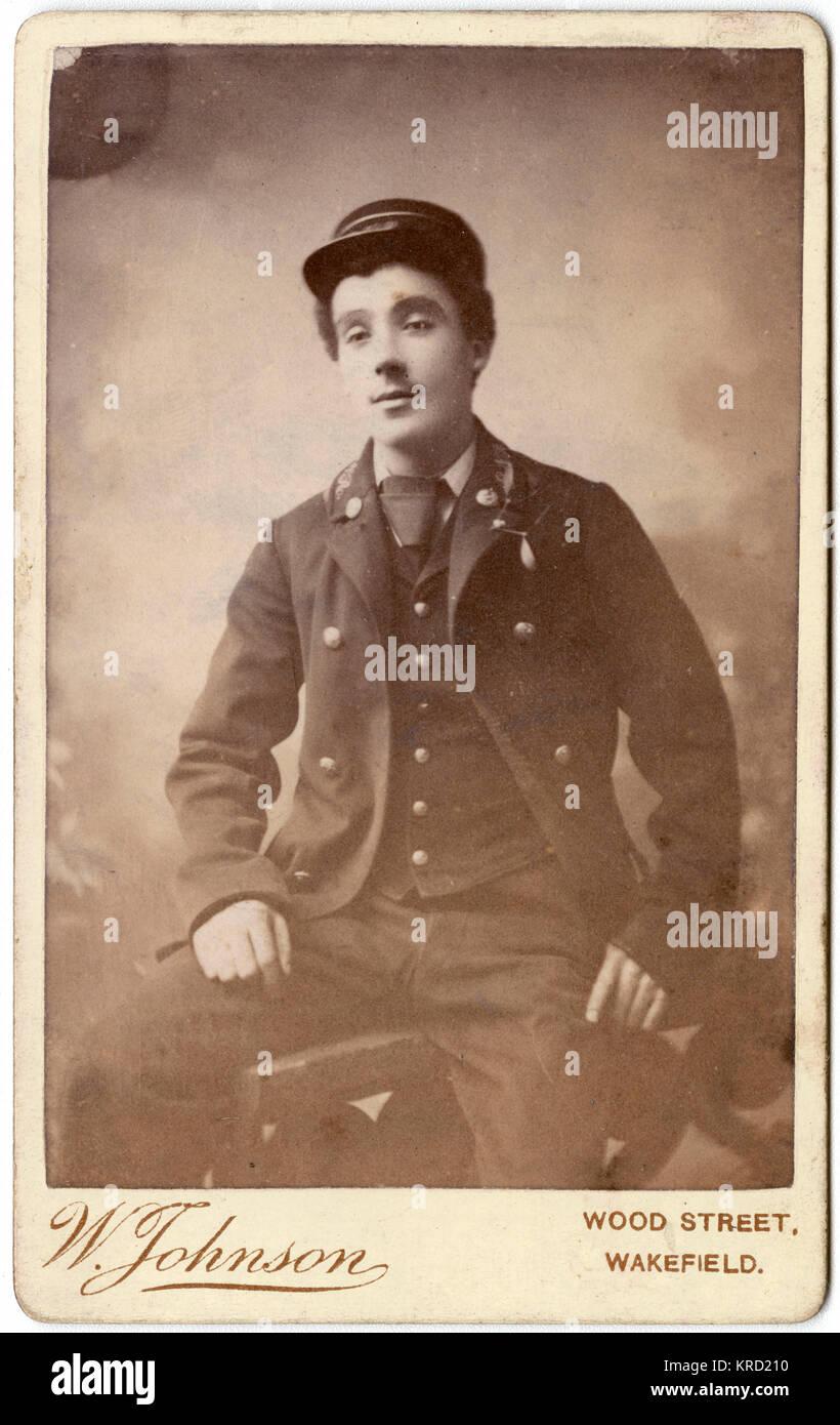 Un giovane ferroviere vittoriano pone nella sua uniforme. Data: circa 1880 Immagini Stock