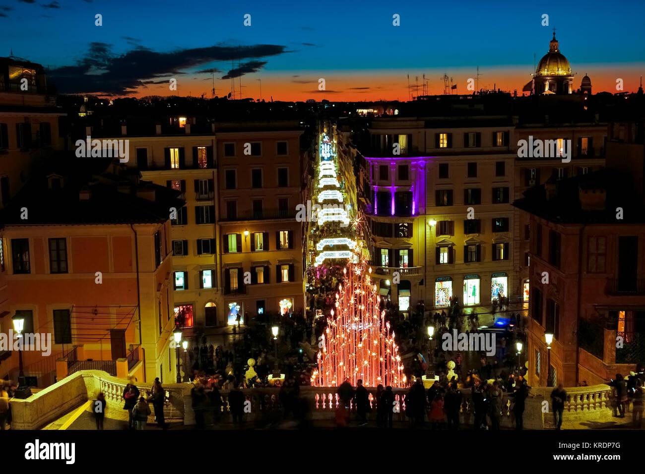 2a3674ec664 Il tempo di Natale. Le luci a led albero di Natale. Trinità dei Monti, Piazza  di Spagna e Via Condotti. Cielo di tramonto.