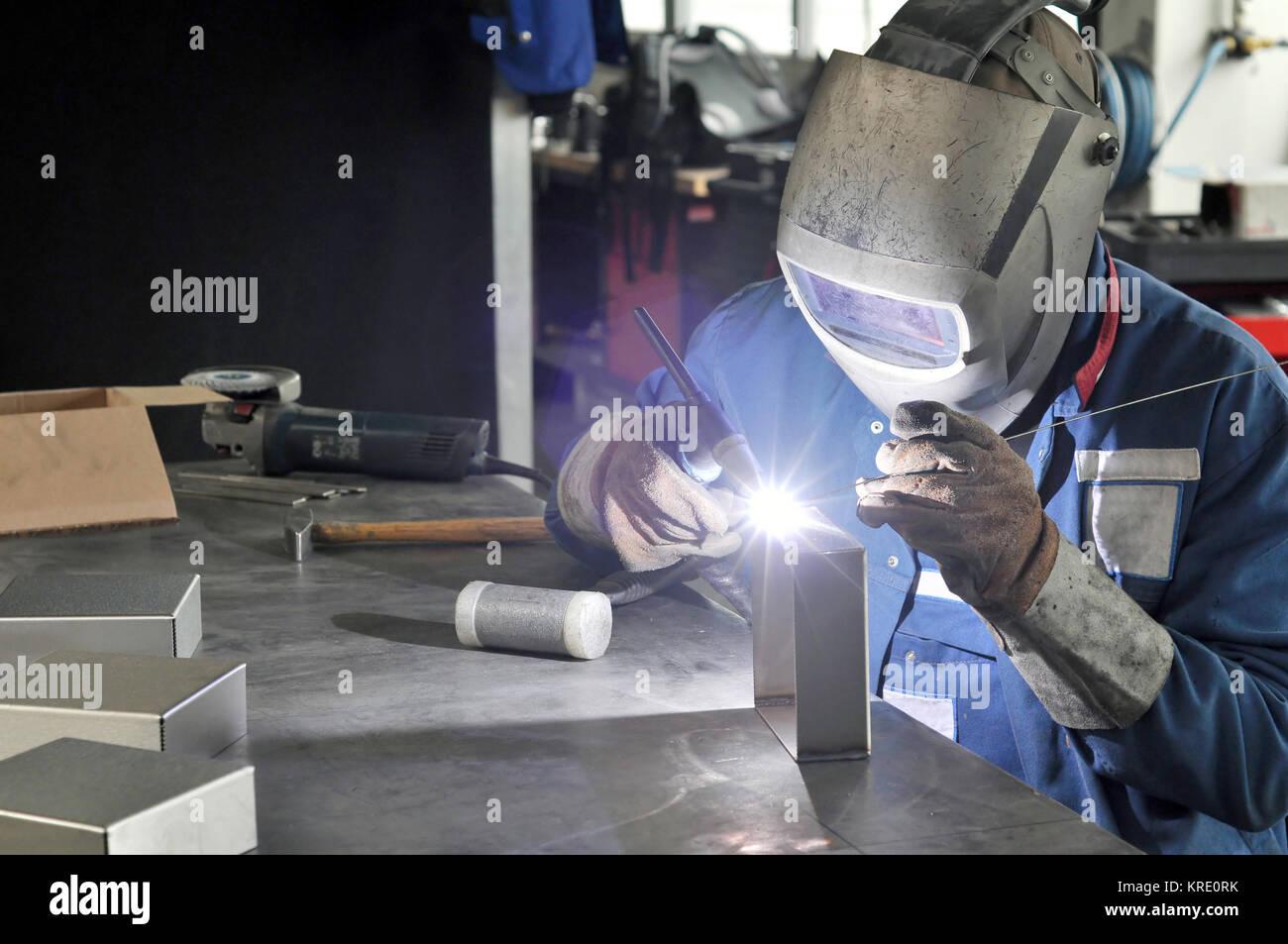 Saldatore lavora in un metallo società di costruzioni Immagini Stock