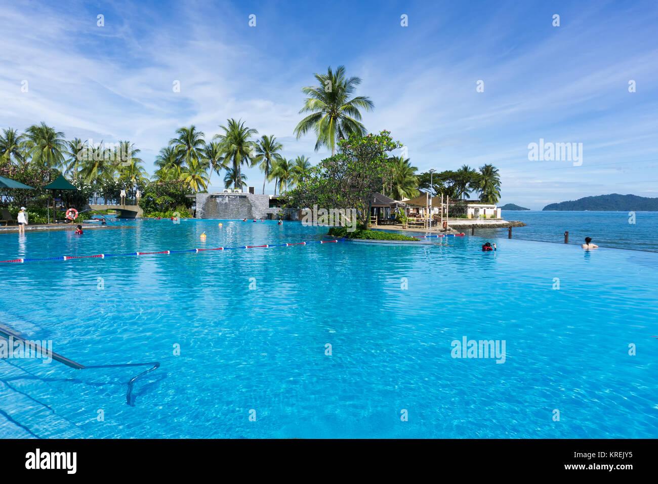 Kota Kinabalu, Malesia - 18 Febbraio 2017: bella piscina a sfioro di Shangri-La Hotel e Resort in Borneo Sabah, Immagini Stock