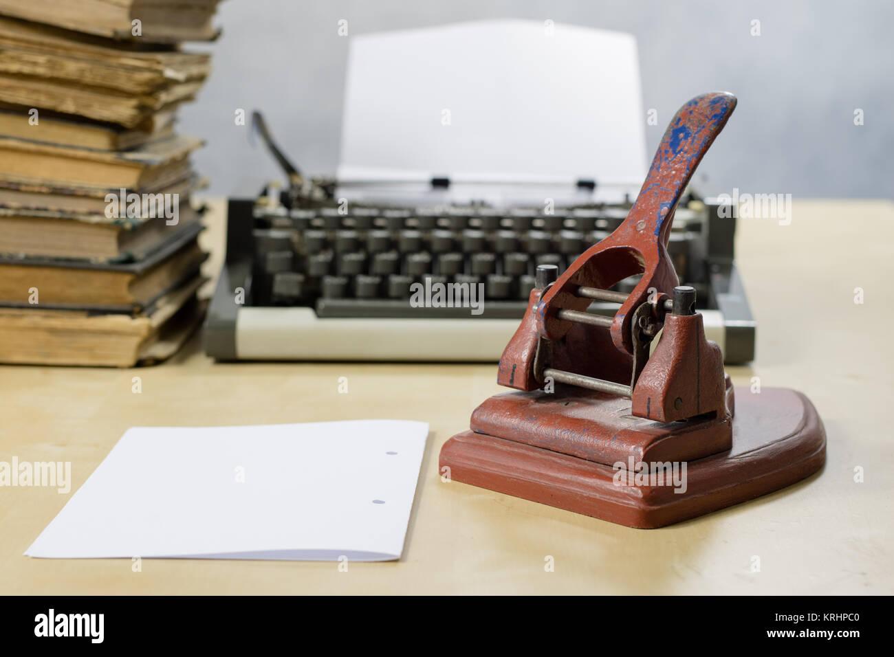 Tavolo Di Ufficio : Il vecchio ufficio punzone di carta su un tavolo di legno