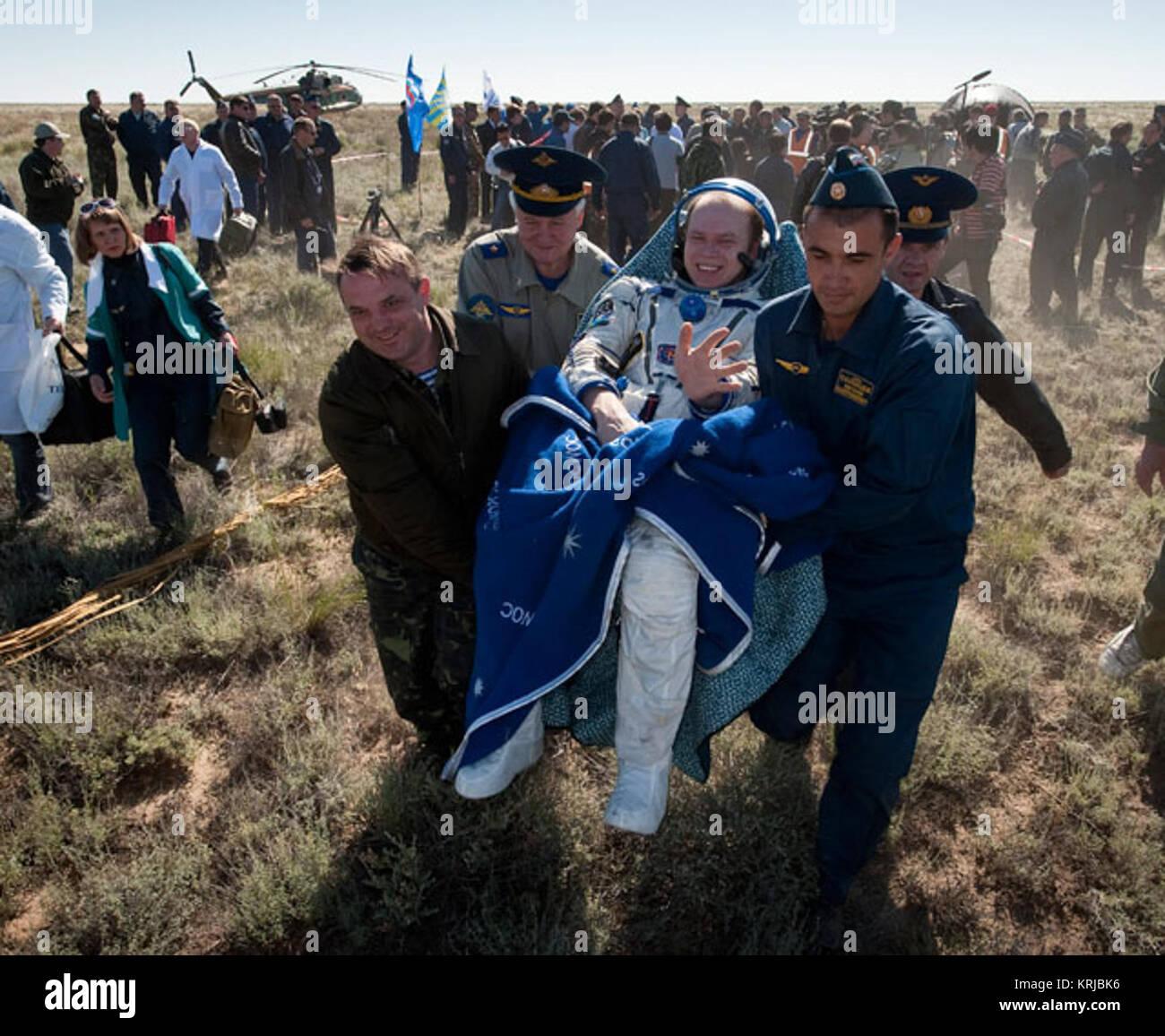 Expedition 23 comandante Oleg Kotov è portato in una sedia al medico tenda ad appena pochi minuti dopo che Immagini Stock