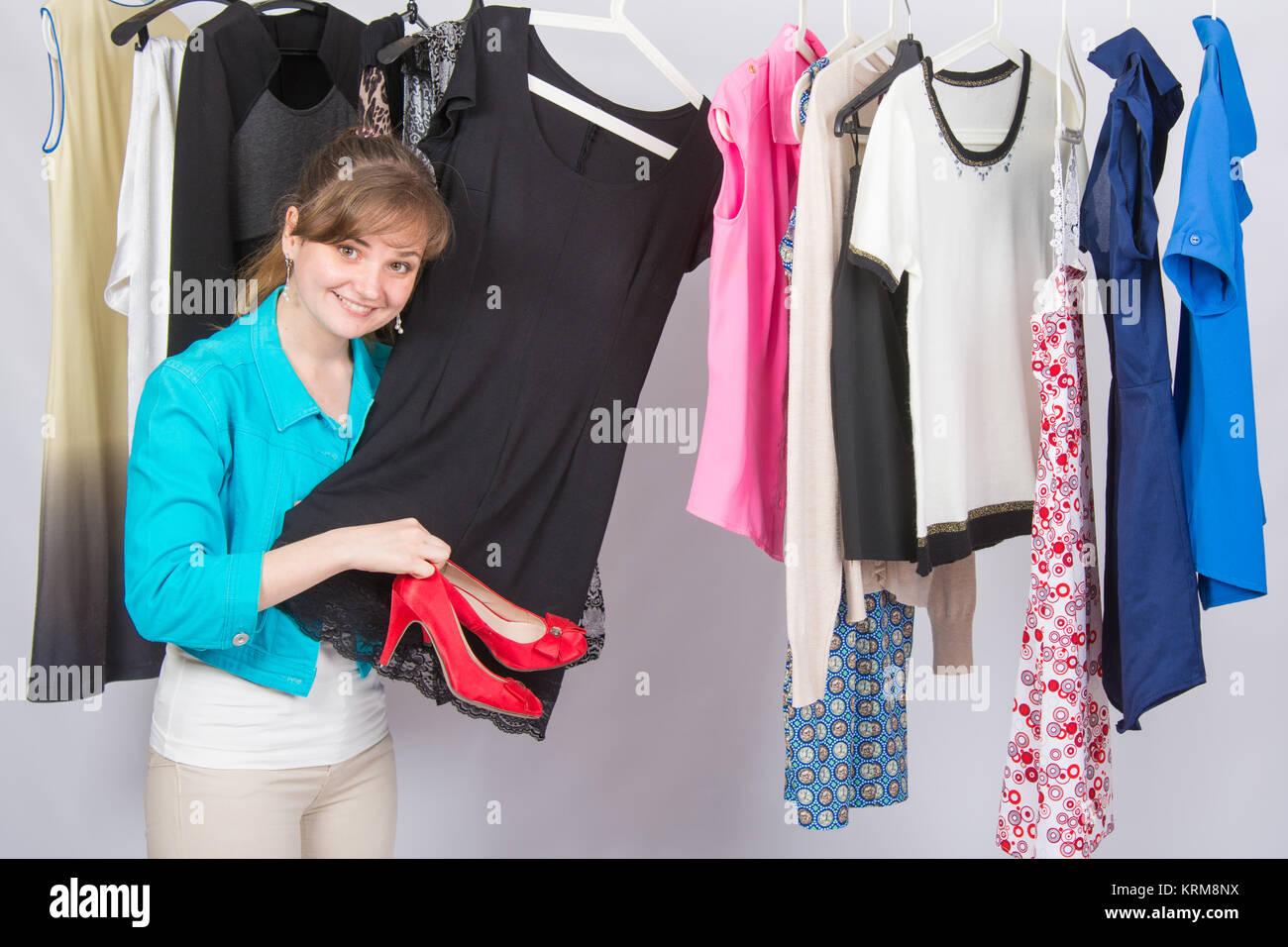 6faeb7a15c89 Una giovane ragazza prelevato il vestito di rosso le scarpe con i tacchi  alti premurosamente sceglie