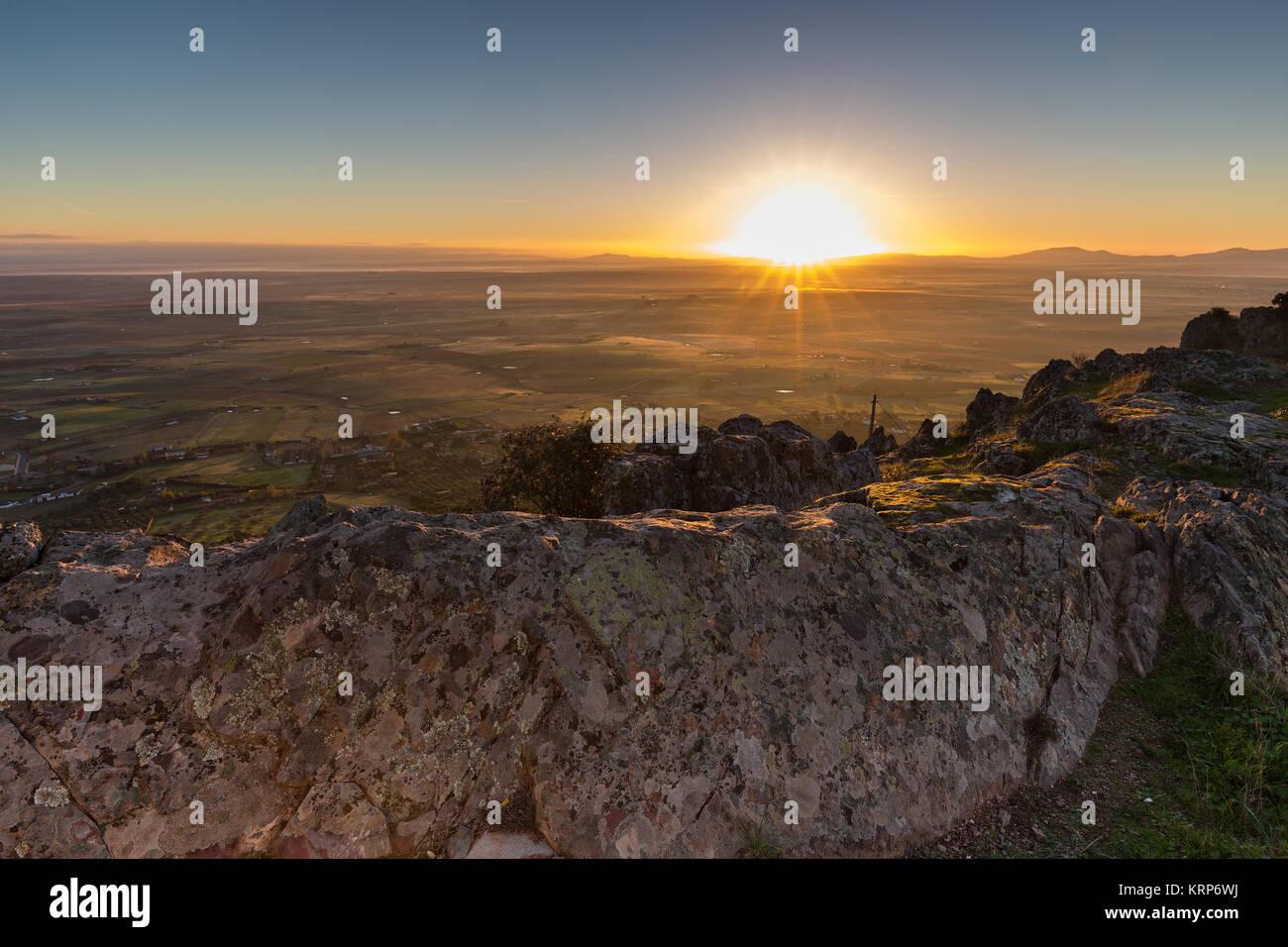 Alba da una montagna vicino alla Sierra de Fuentes. Spagna. Foto Stock