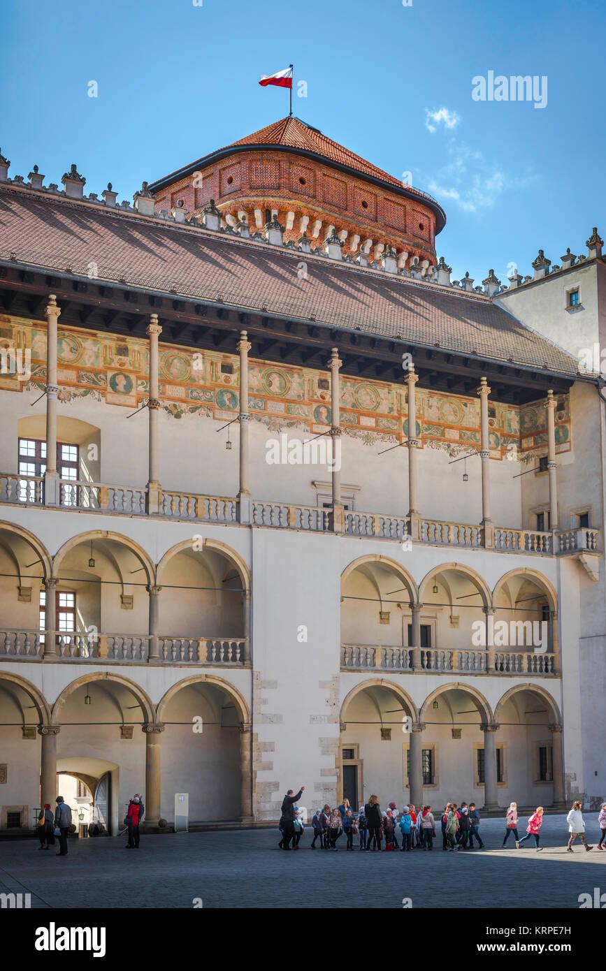 Cracovia Wawel Hill, una sezione del porticato cortile rinascimentale al centro di il Castello Reale di Wawel a Immagini Stock
