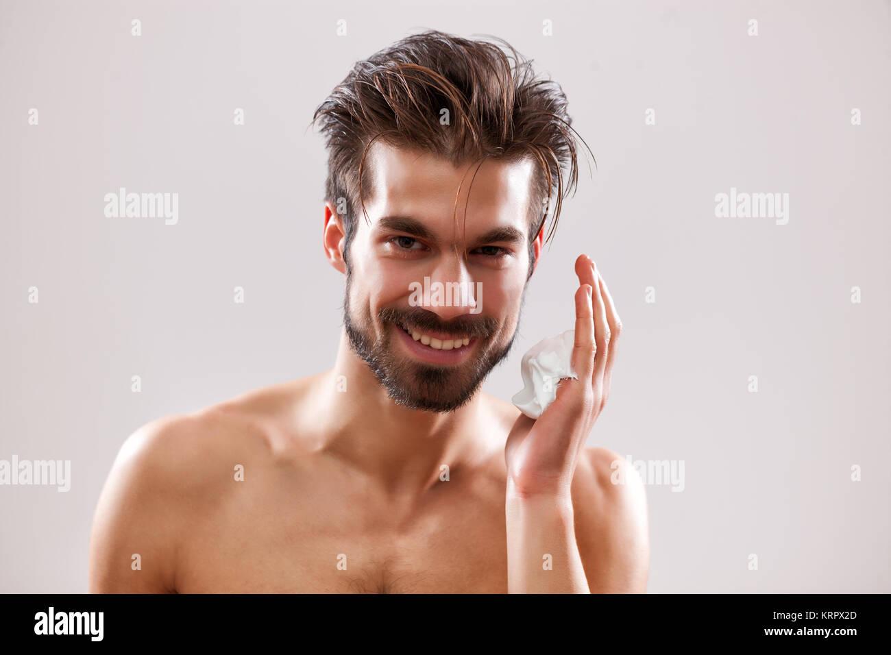 Giovane uomo bello è pronto per radersi la barba. Immagini Stock