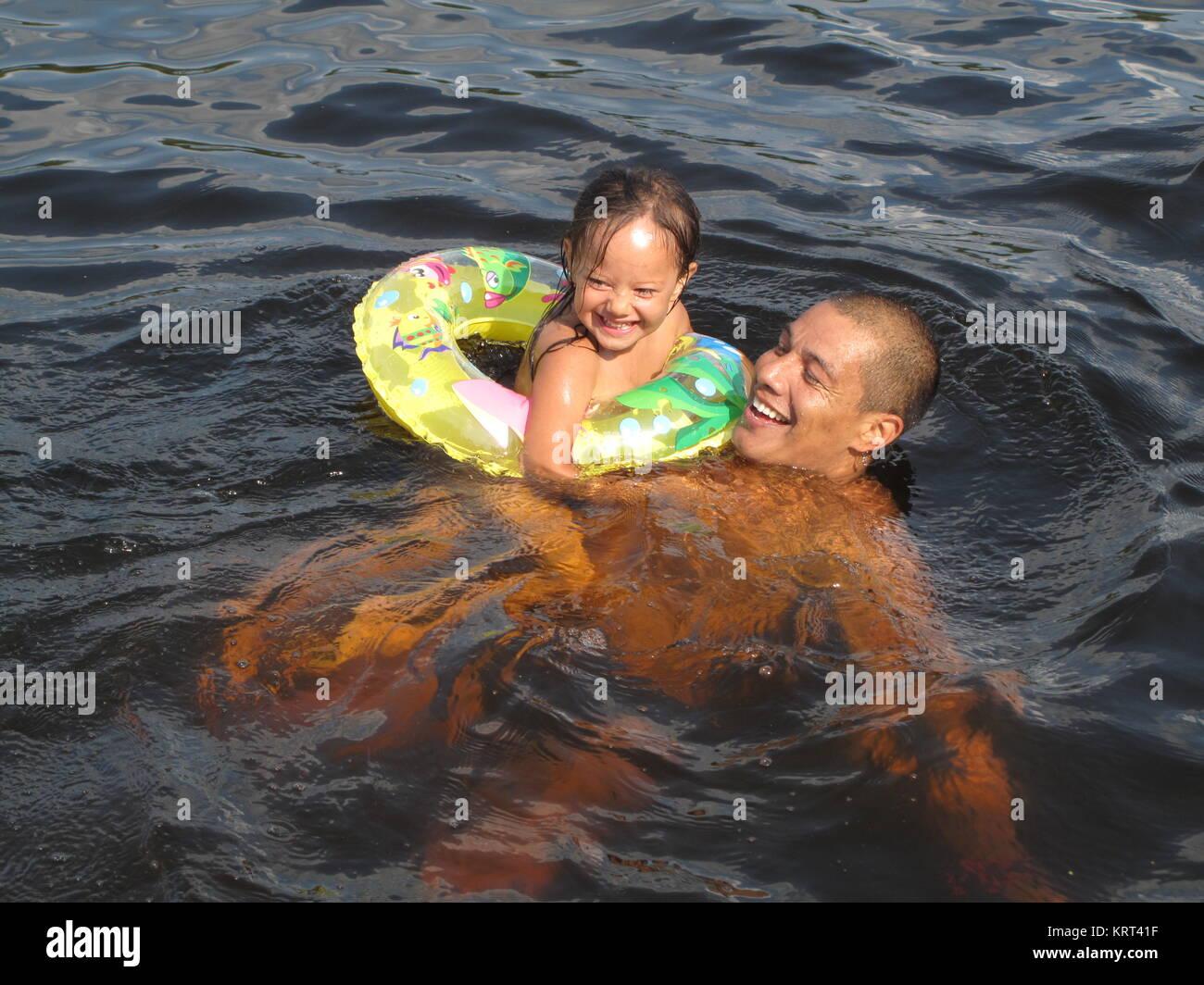 Un padre di nuoto con sua figlia Immagini Stock