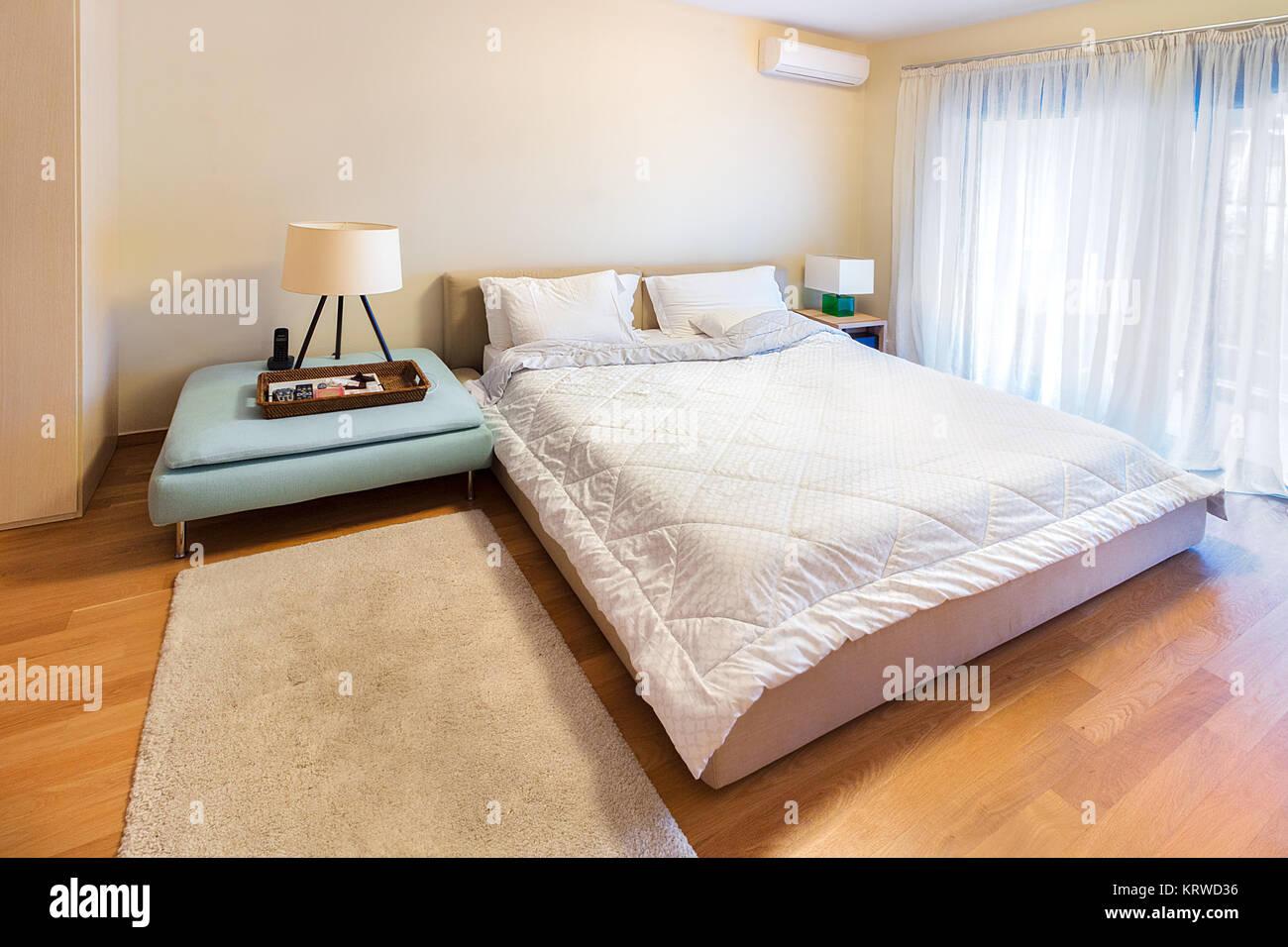 Una moderna camera da letto con un letto matrimoniale king size