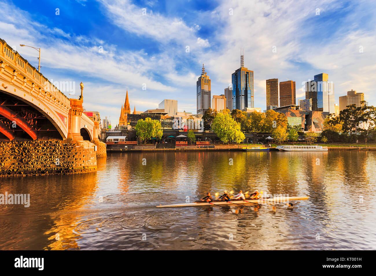 Golden la luce solare e la mattina ora su città di Melbourne CBD landmark alti torri sul lungomare di fiume Immagini Stock