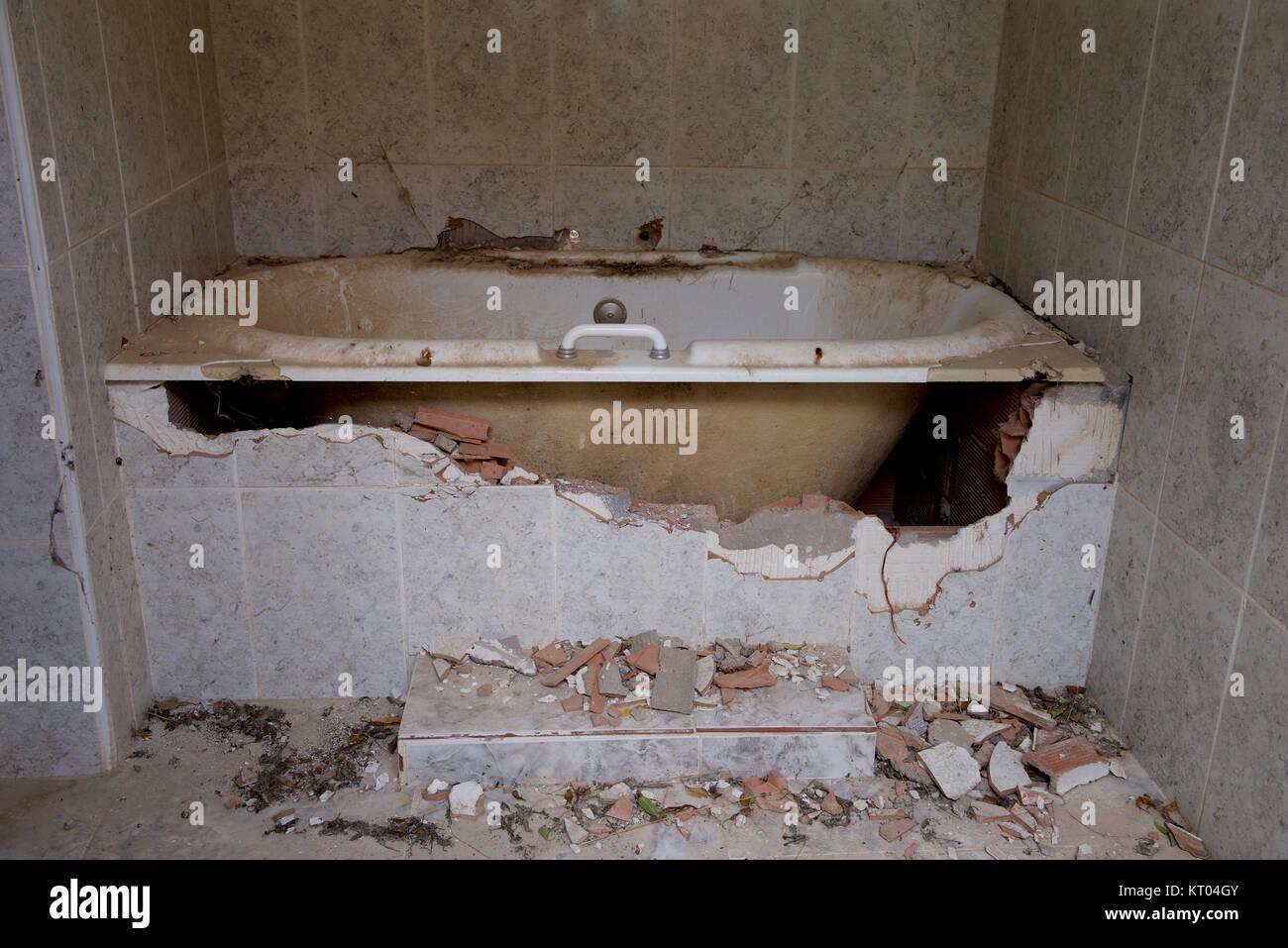 Vasca Da Bagno Rotta : Piastrelle rotte e un bagno in una villa abbandonata foto & immagine