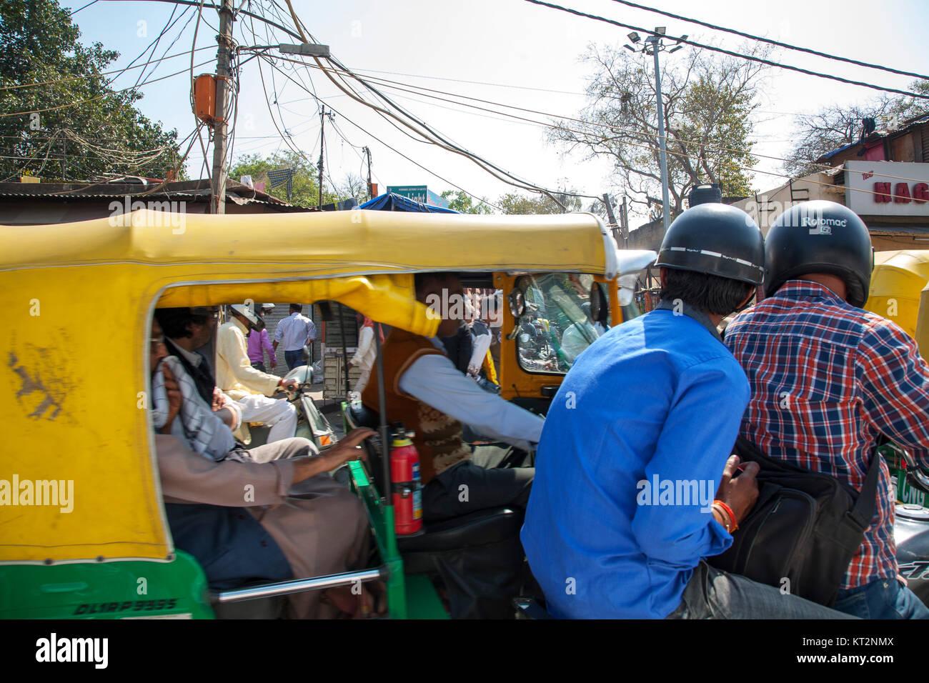Il traffico bajaj auto rickshaw in New Delhi, India Immagini Stock