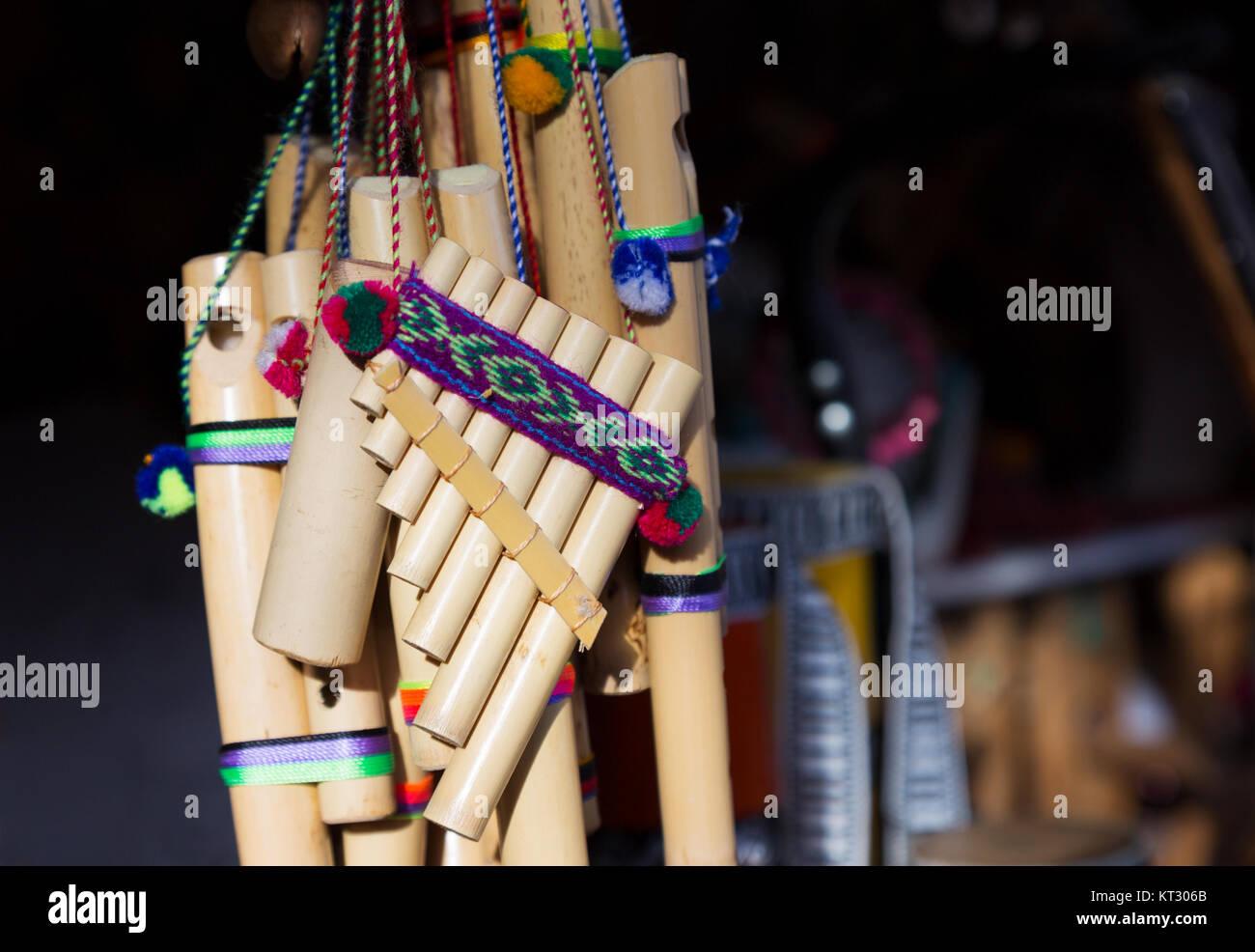 Tubi di Pan o flauto di Pan - tradizionale sud americana di strumento musicale per la vendita, Ecuador America del Immagini Stock