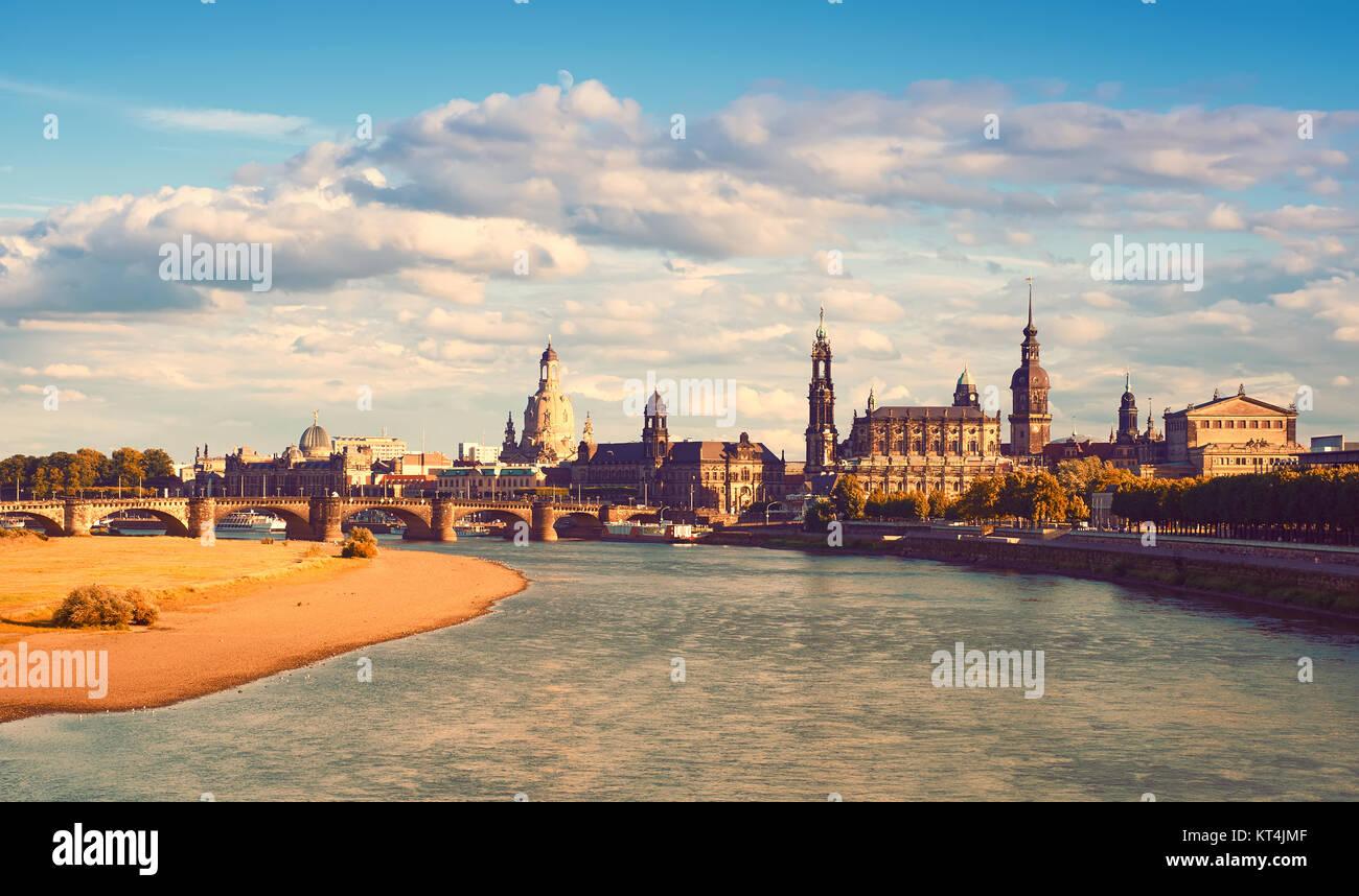 Panorama di Dresda città vecchia con la Frauenkirche, Hofkirche e Opera House di tutta l'acqua in autunno. Immagini Stock
