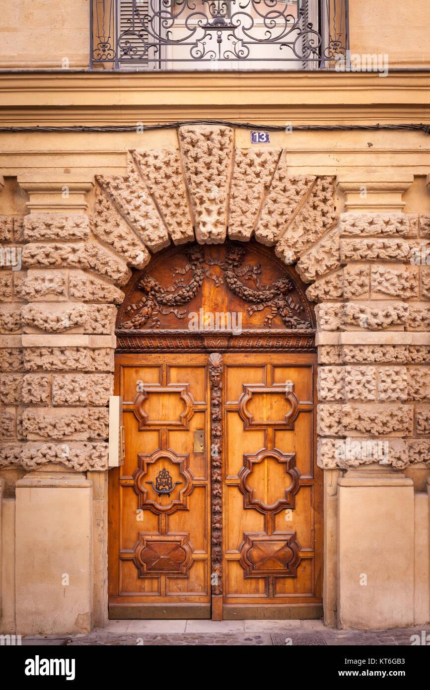 Porte in legno in entrata alla costruzione lungo Rue Aude in Aix-en-Provence, Francia Immagini Stock