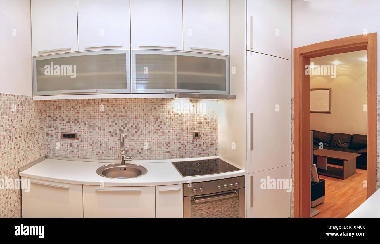 Piccola cucina moderna con interni con piastrelle beige foto