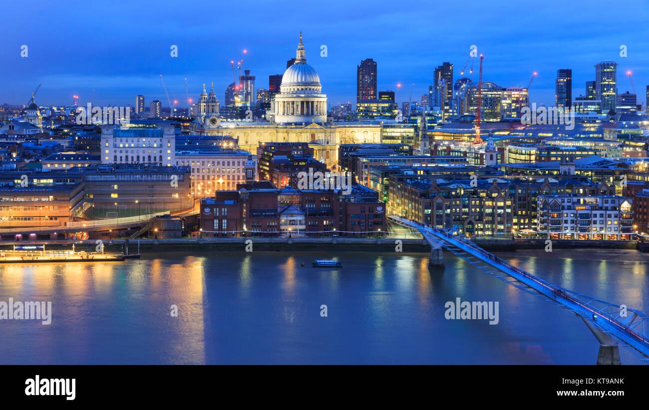 Vista panoramica della Cattedrale di St Paul e la City of London skyline illuminata di notte, Londra, Regno Unito Foto Stock