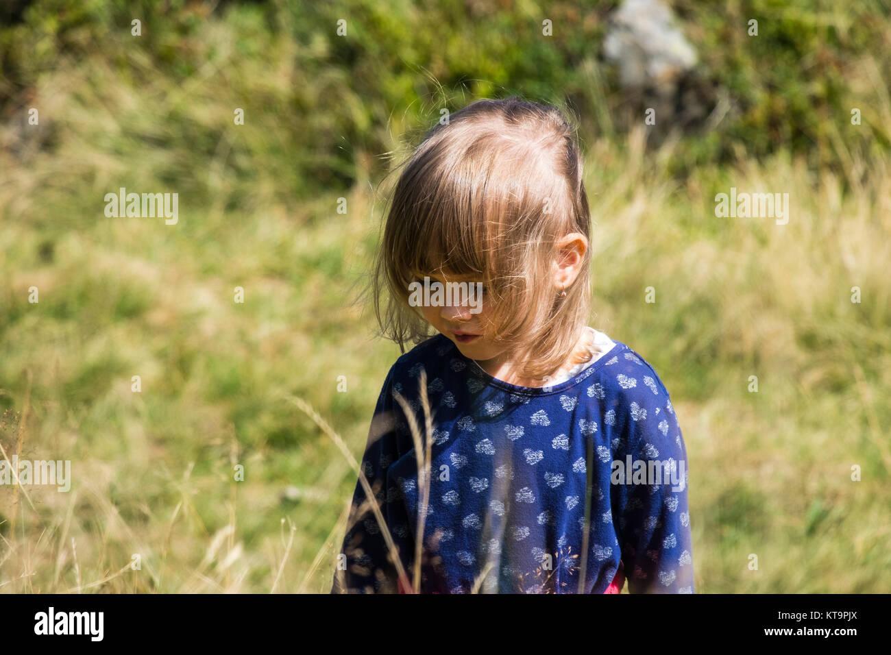 Bambina in stile vedico piegato la sua testa e il vento soffia i suoi capelli Immagini Stock