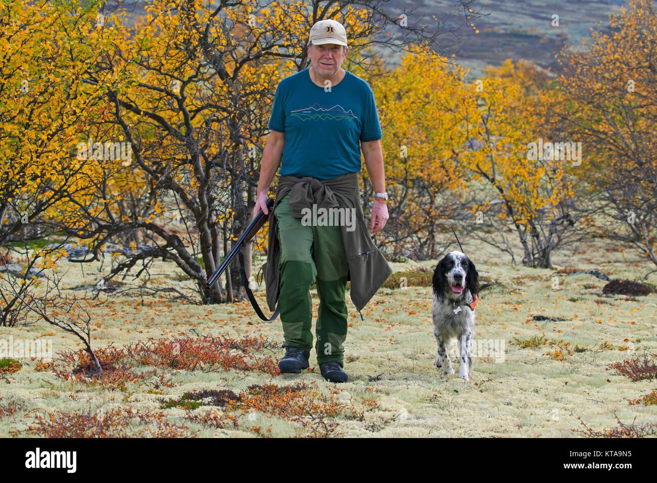 Norwegian Cacciatore Con Fucile Da Caccia E Setter Inglese Cane