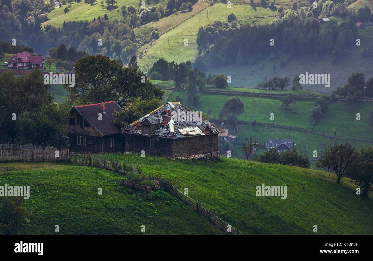Case In Legno Romania : Paesaggio rurale con tradizionale rumena case di legno in salita