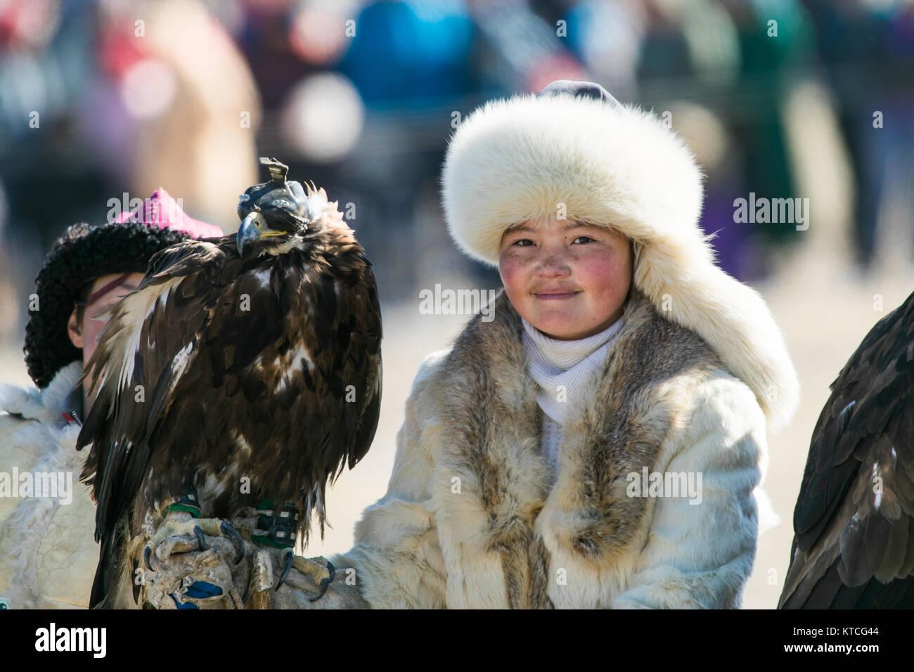 Aisholpan dall'Aquila cacciatrice al Golden Eagle Festival in Mongolia Immagini Stock