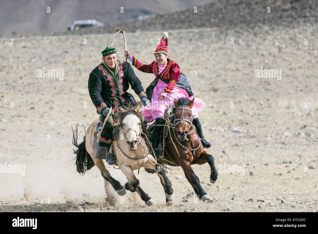 Il kazako tradizionale sport equestri e gioco di corteggiamento Immagini Stock