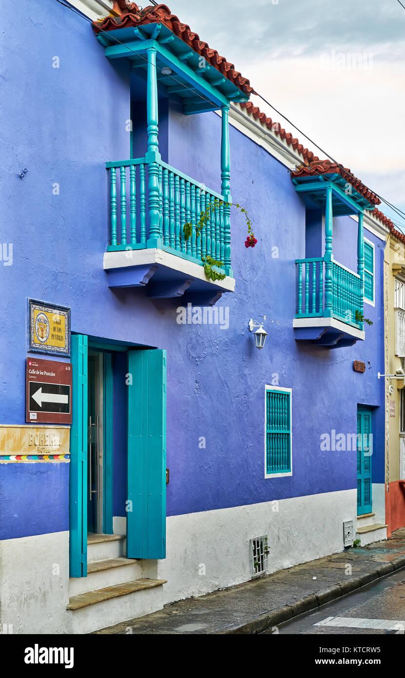 Colori Per Facciate Case la facciata di colore blu con finestra, tipiche facciate