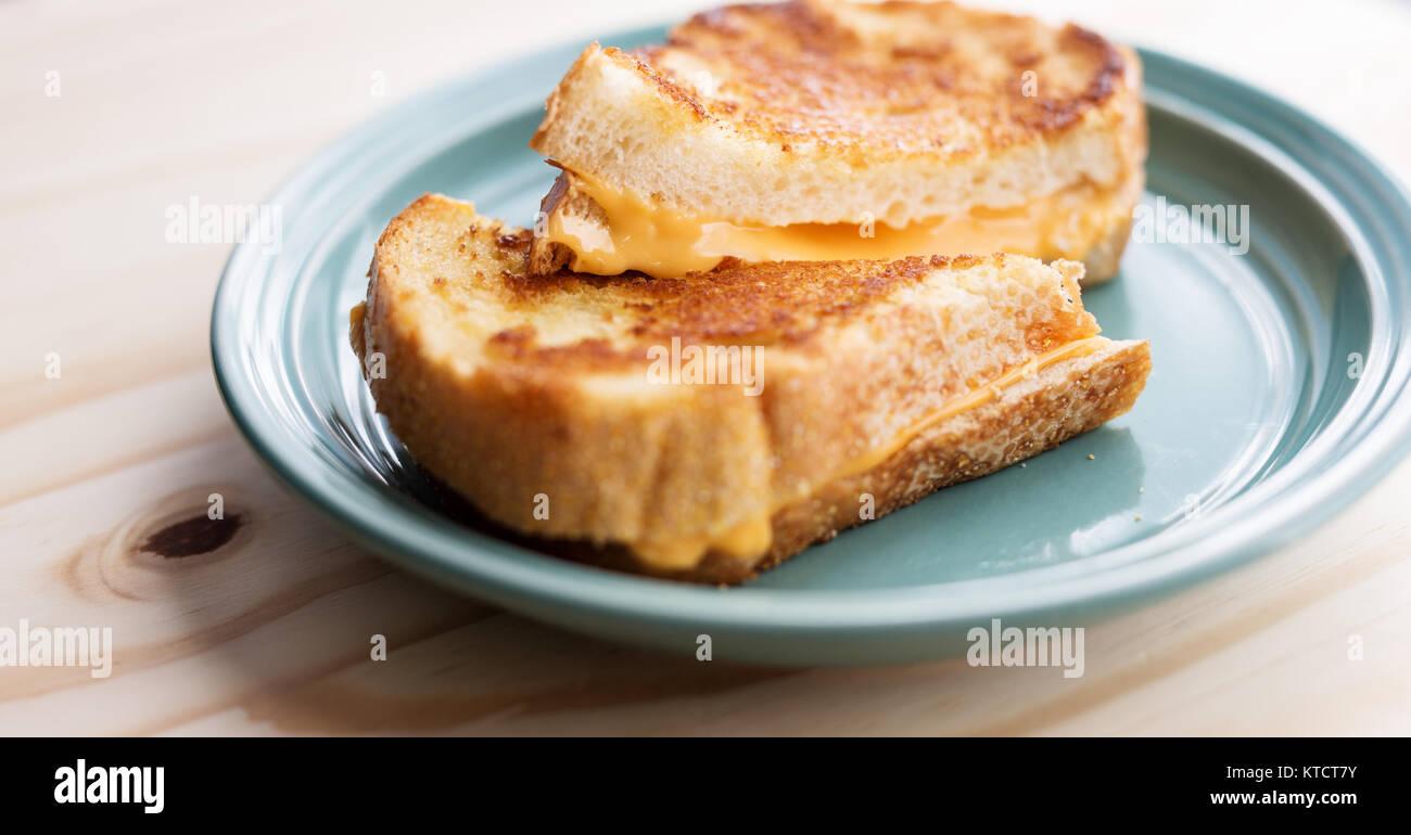 Formaggio alla griglia panino su una piastra di colore blu Foto Stock