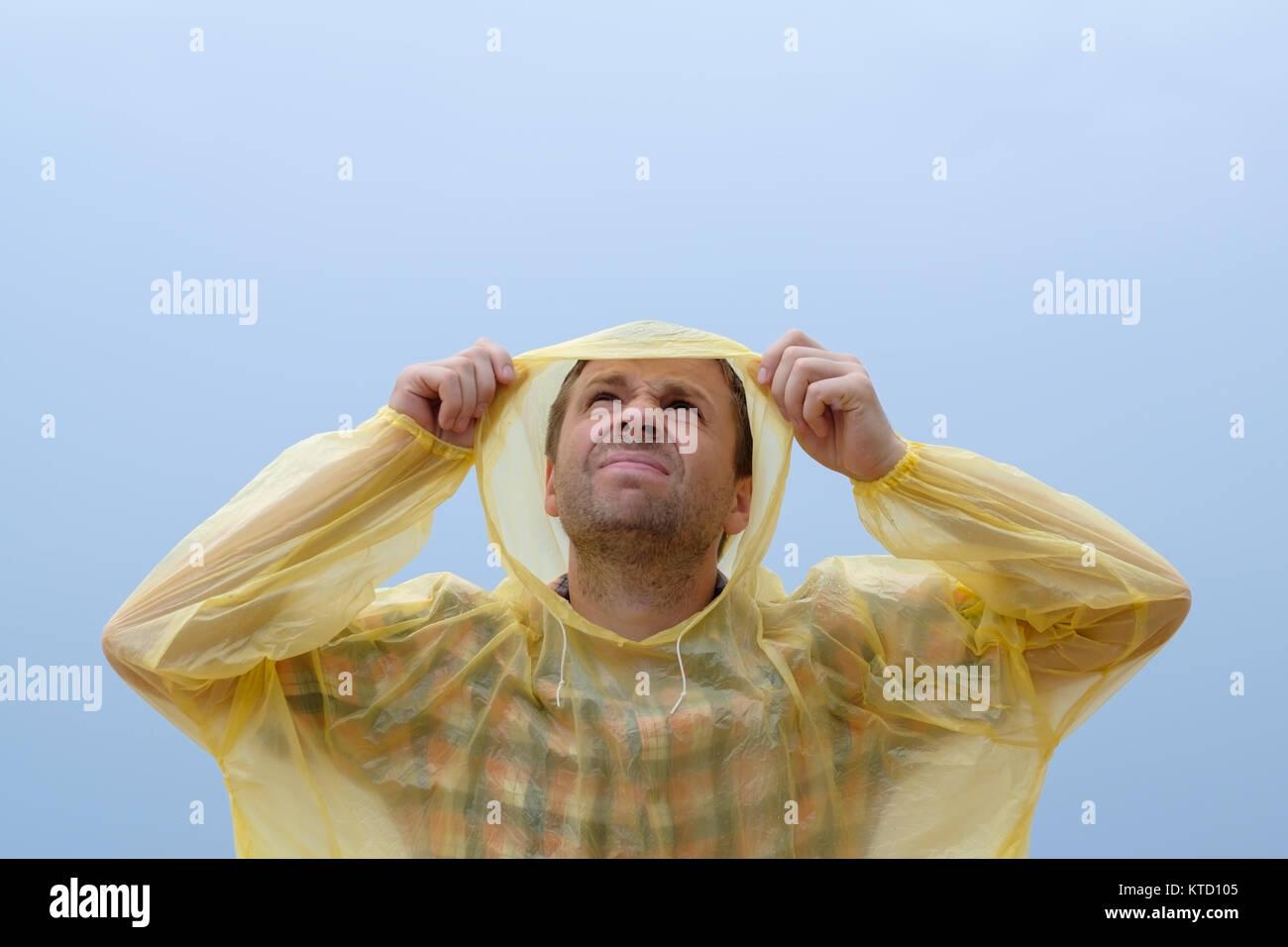 economico per lo sconto d9c19 7b05f Giovane uomo caucasico bagnarsi sotto la pioggia durante la ...