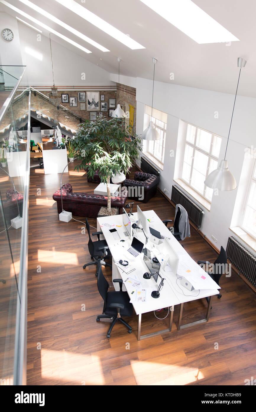 Scrivania con pc in luminoso e moderno open space office Foto ...