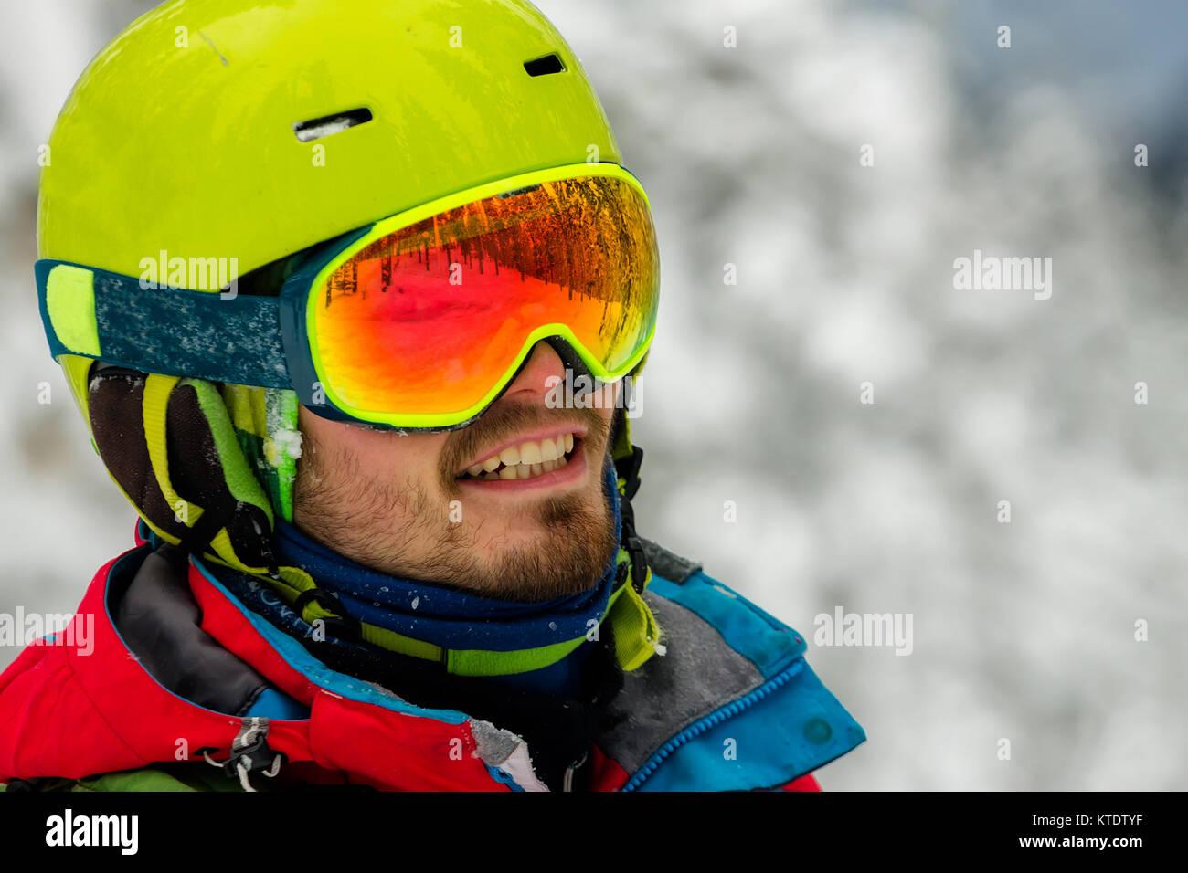 Ritratto giovane occhiali da sci sci di contenimento in montagna. Immagini Stock