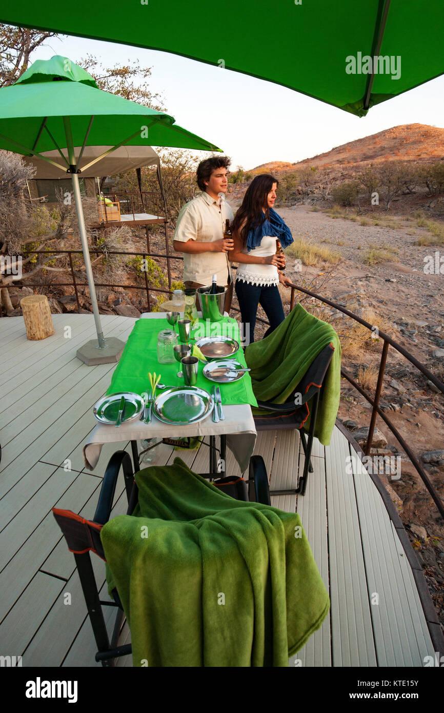Romantica sala da pranzo all'aperto a Huab sotto tela, Damaraland, Namibia, Africa Immagini Stock