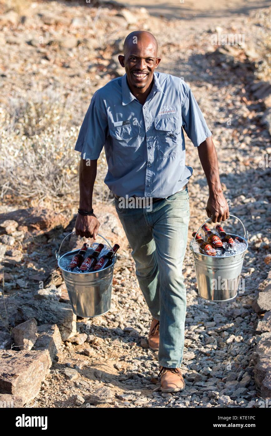 Lodge il personale di benna di birra - Huab sotto tela, Damaraland, Namibia, Africa Immagini Stock