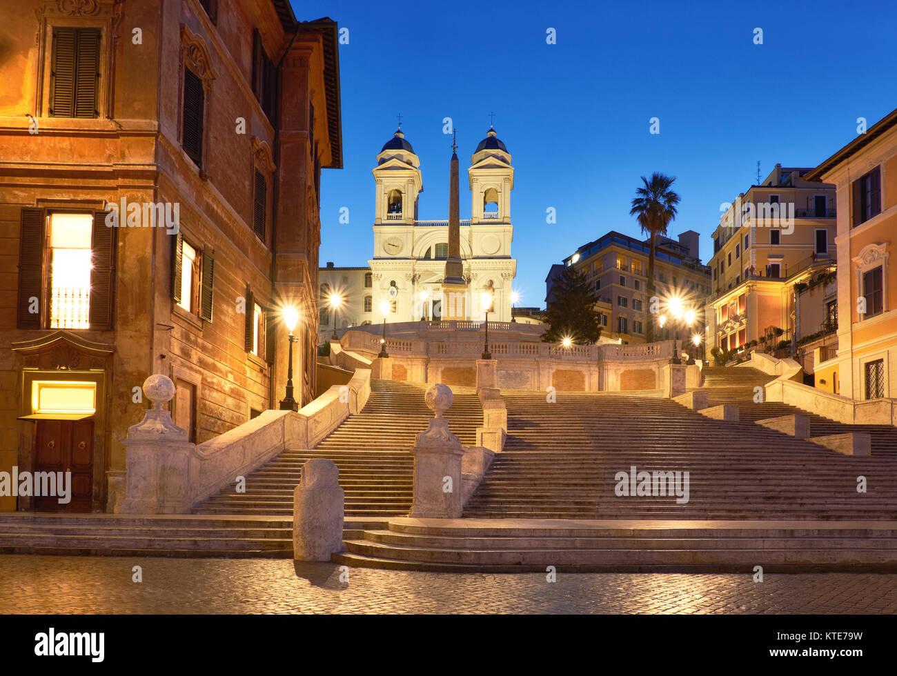 Scalone monumentale scalinata di Piazza di Spagna e Trinità dei Monti chiesa, vista serale da Piazza di Spagna Immagini Stock