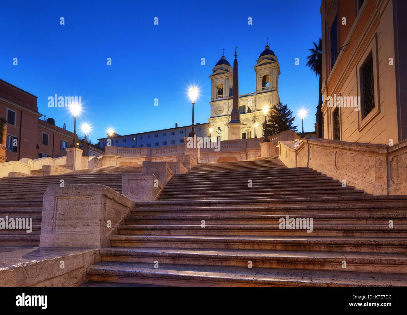 Scalone monumentale scalinata di Piazza di Spagna e Trinità dei Monti la chiesa di Roma di notte Immagini Stock