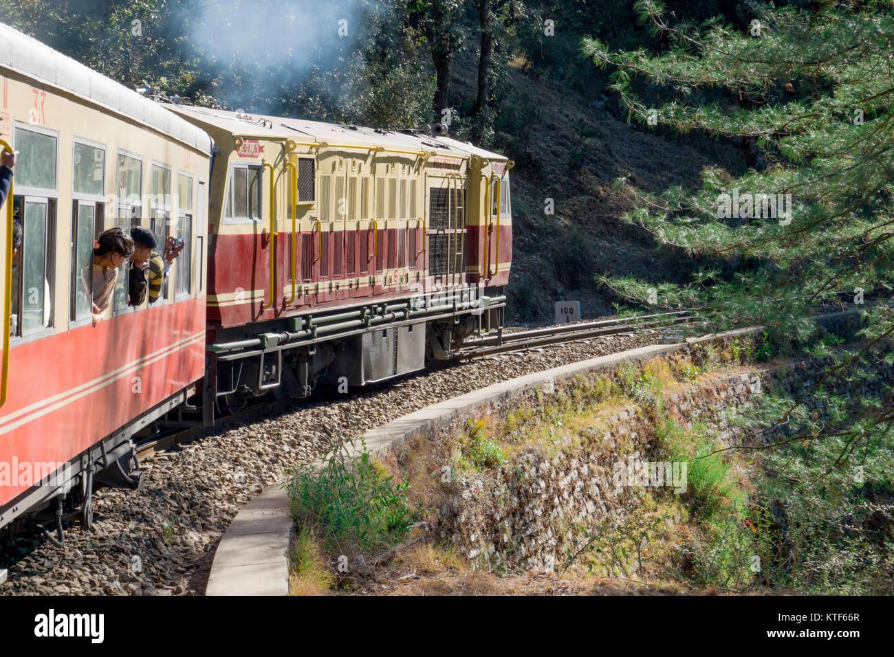 Kalka Shimla a scartamento ridotto toy train su scenic viaggio a Kalka, Haryana, India Immagini Stock