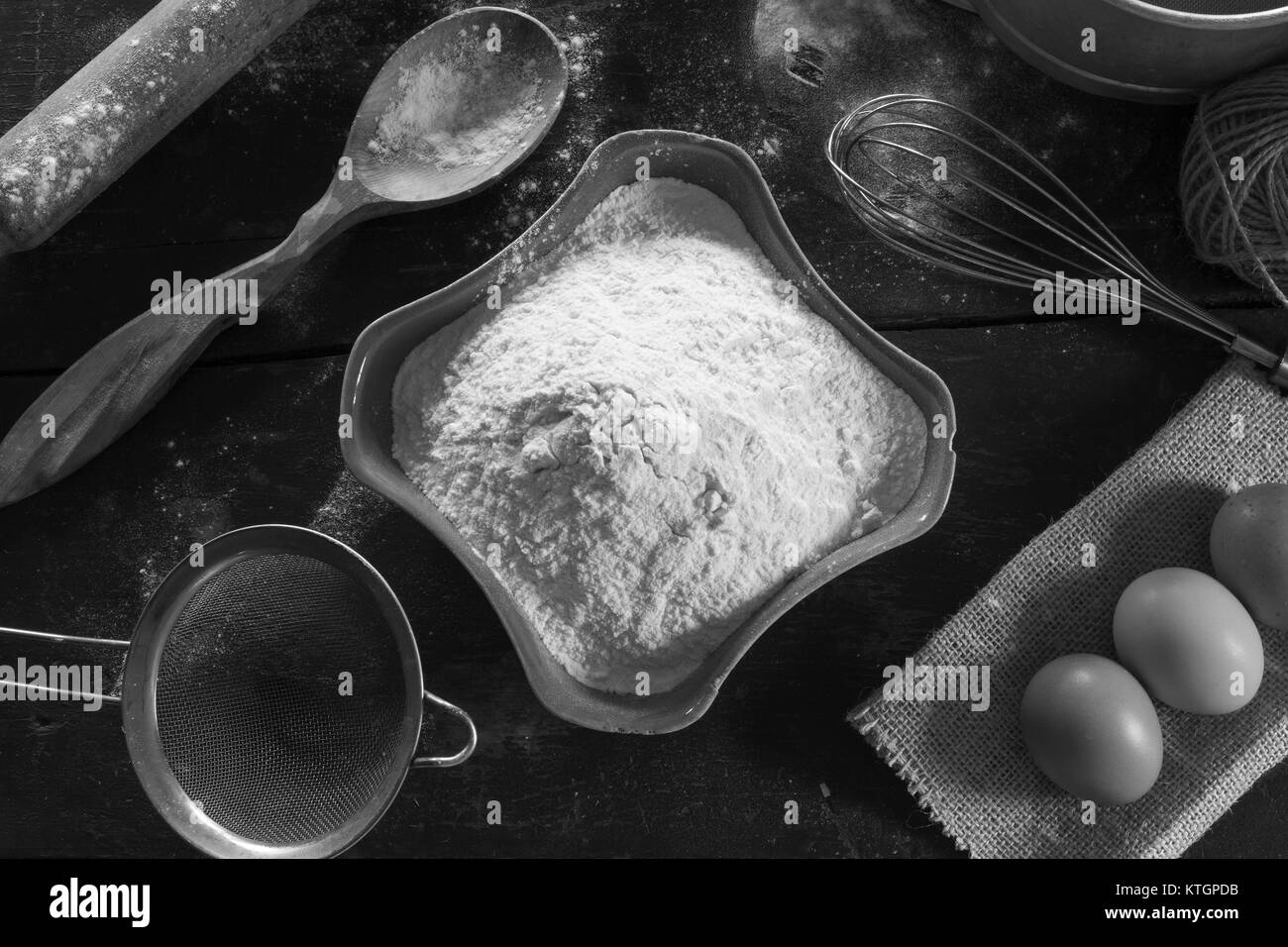 Vecchio tavolo da cucina con utensili e prodotti per la prova ...