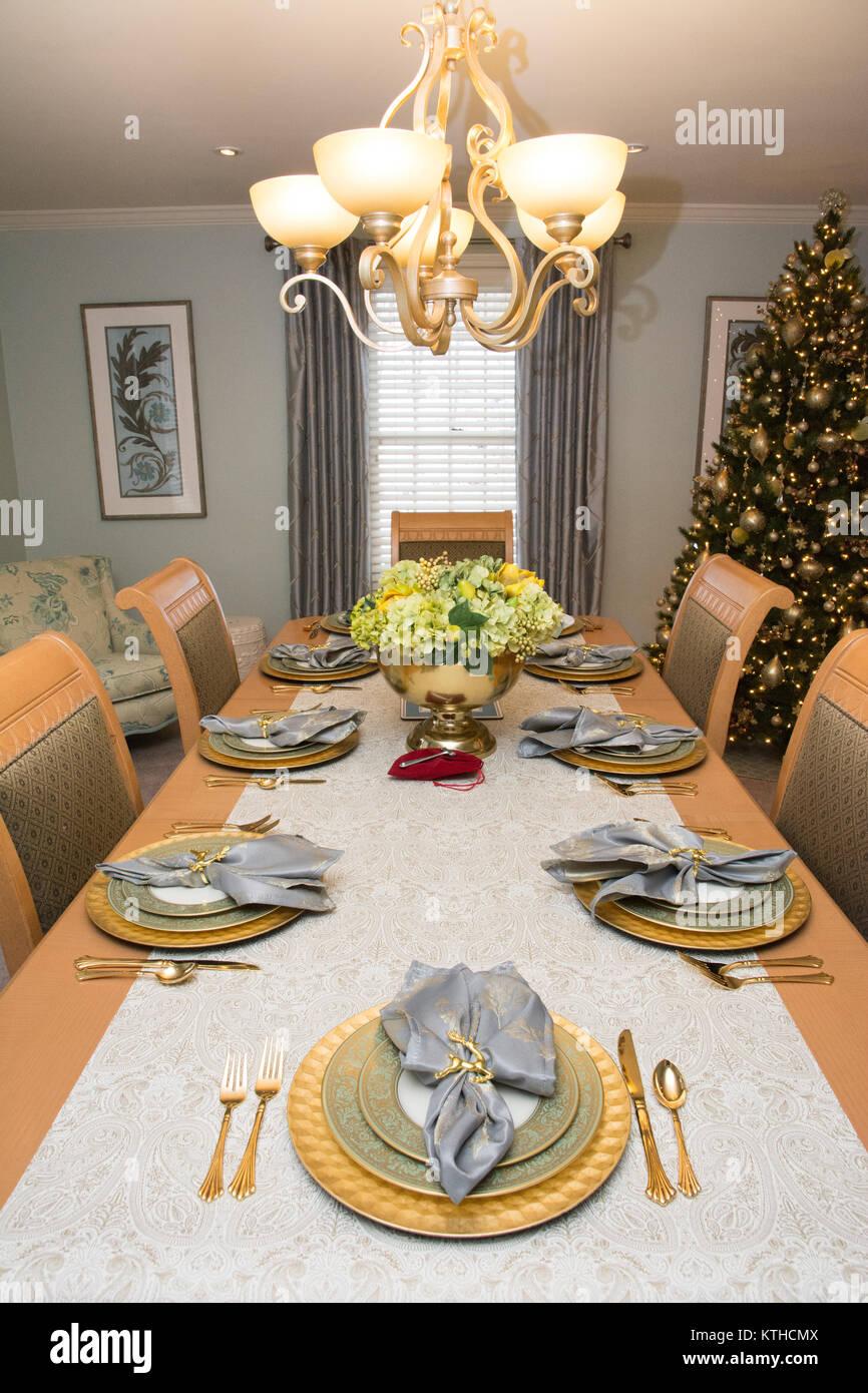 Una formale sala da pranzo con tavolo, decorato per il Natale Foto Stock